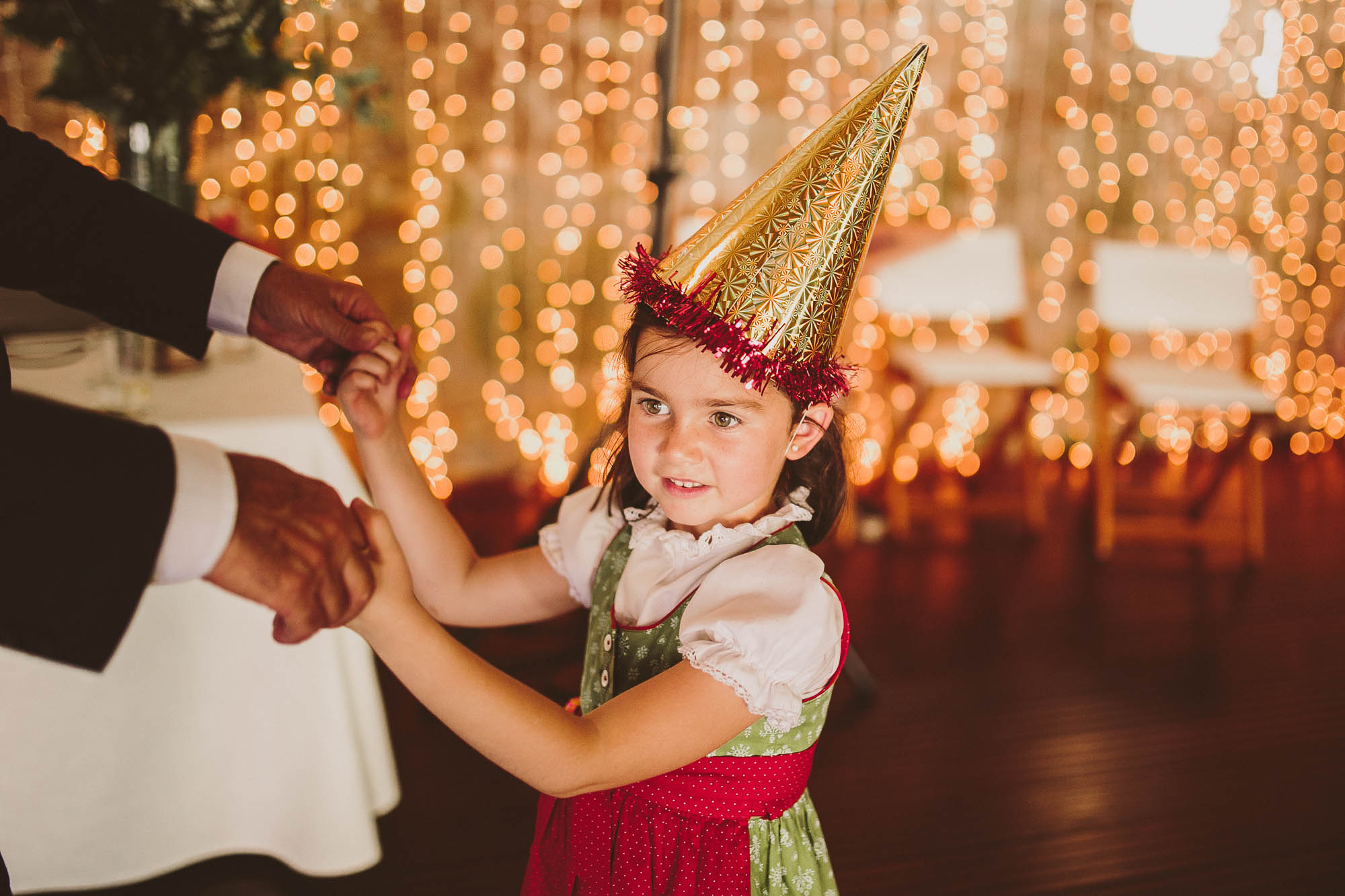 Una Niña baila durante la fiesta