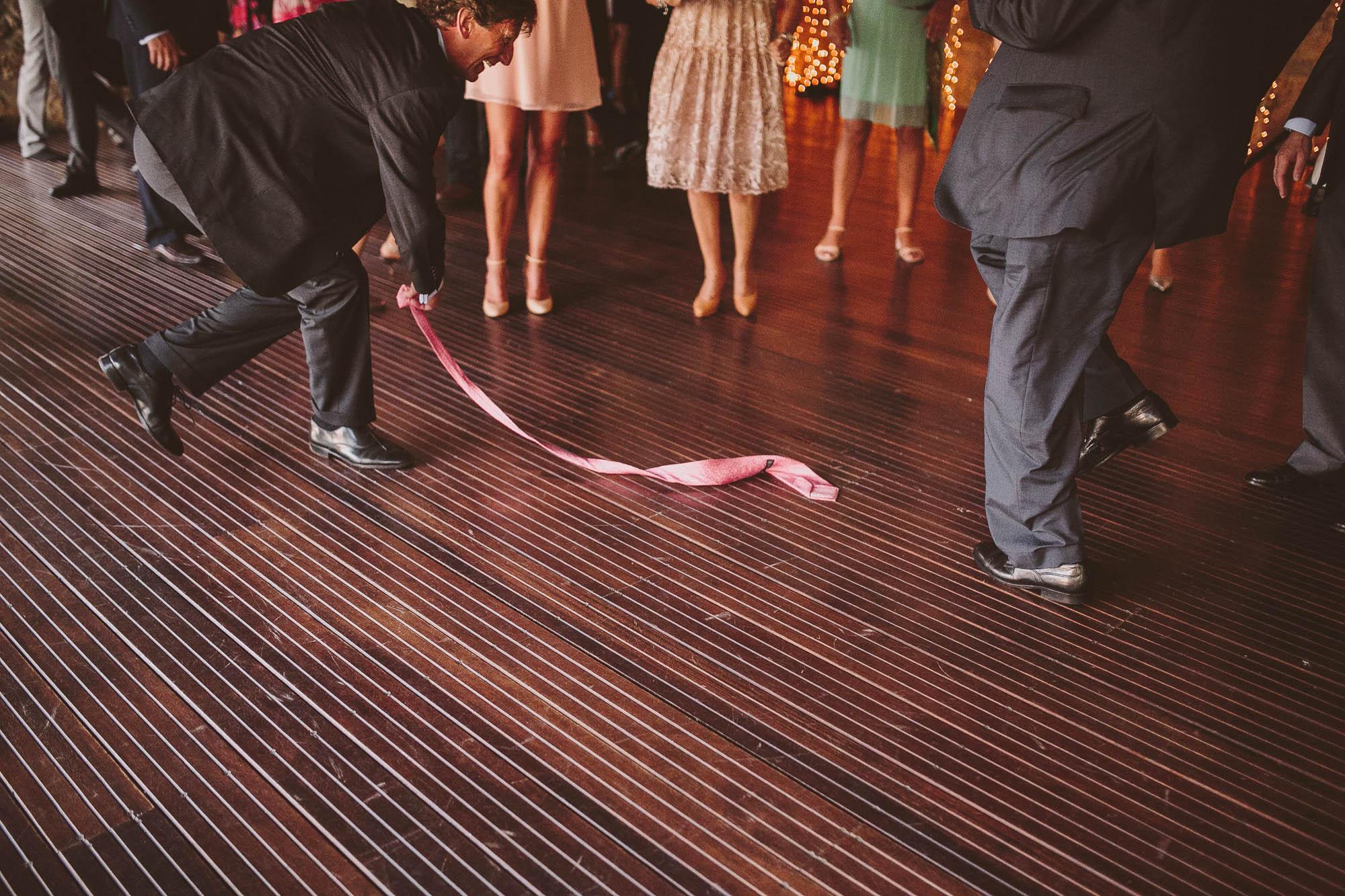 Un invitado se quita y lanza la corbata en la fiesta
