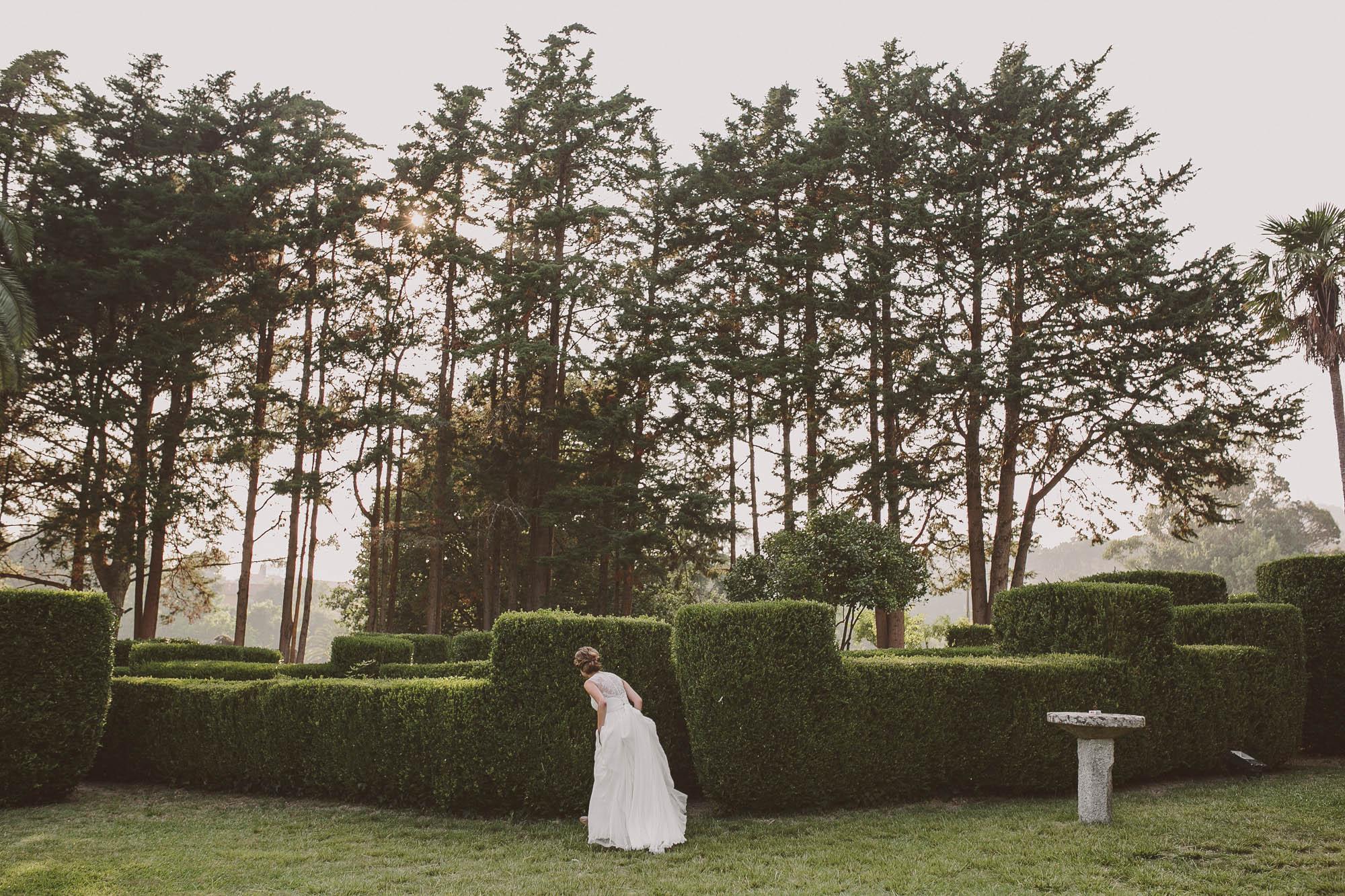 La novia pasea por el jardín de la finca el día de la boda