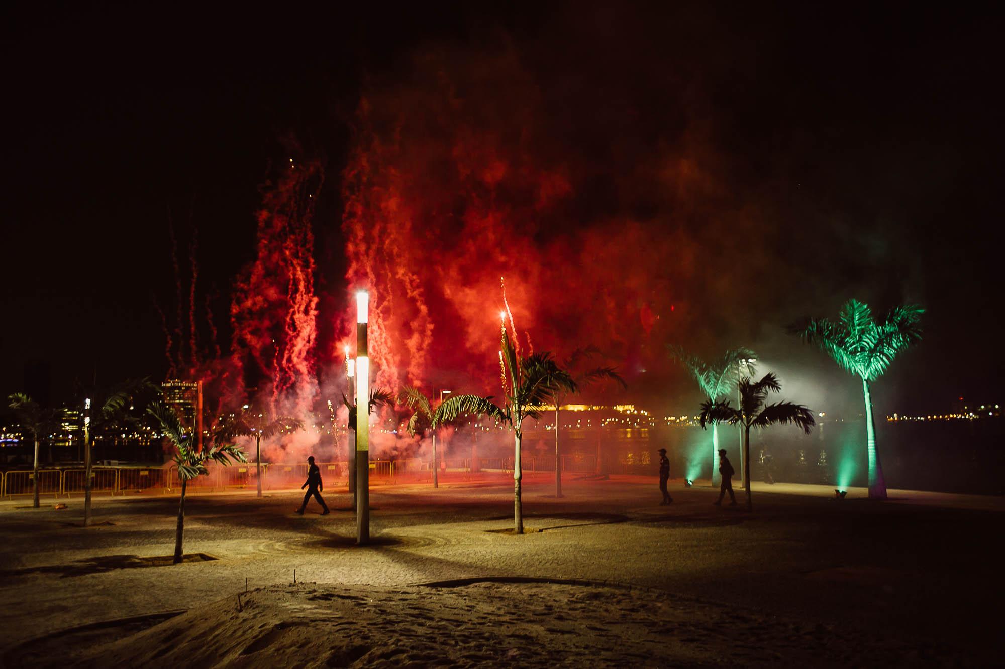 Preparativos de fuegos artificiales en la noche de boda