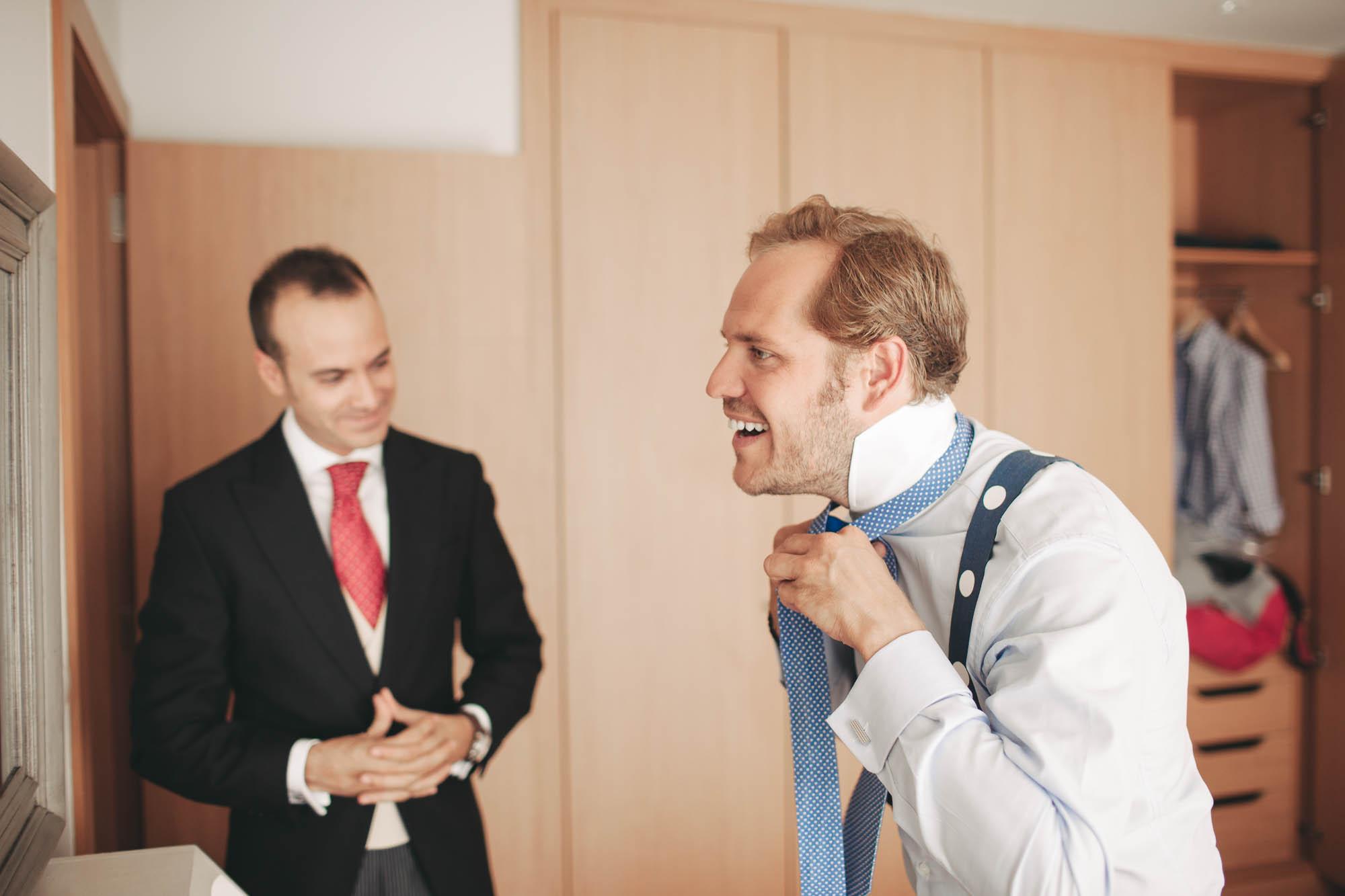 Novio poniéndose una corbata azul