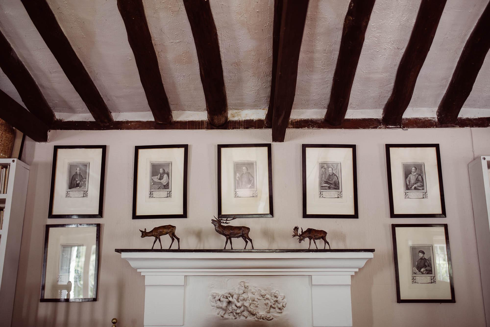 Habitación de la casa rural decorada con figuras de animales