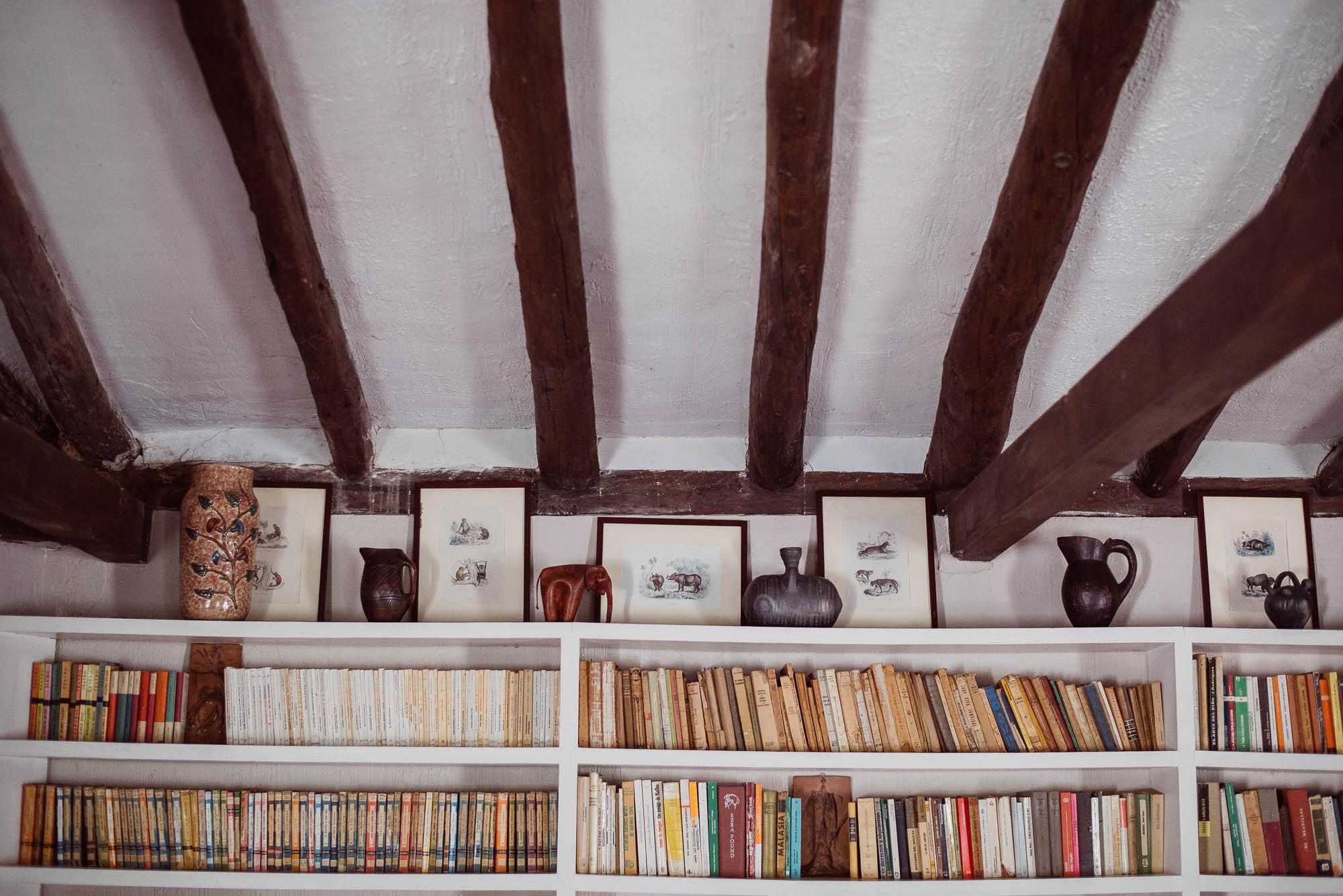 Biblioteca en la casa rural durante los preparativos de los novios