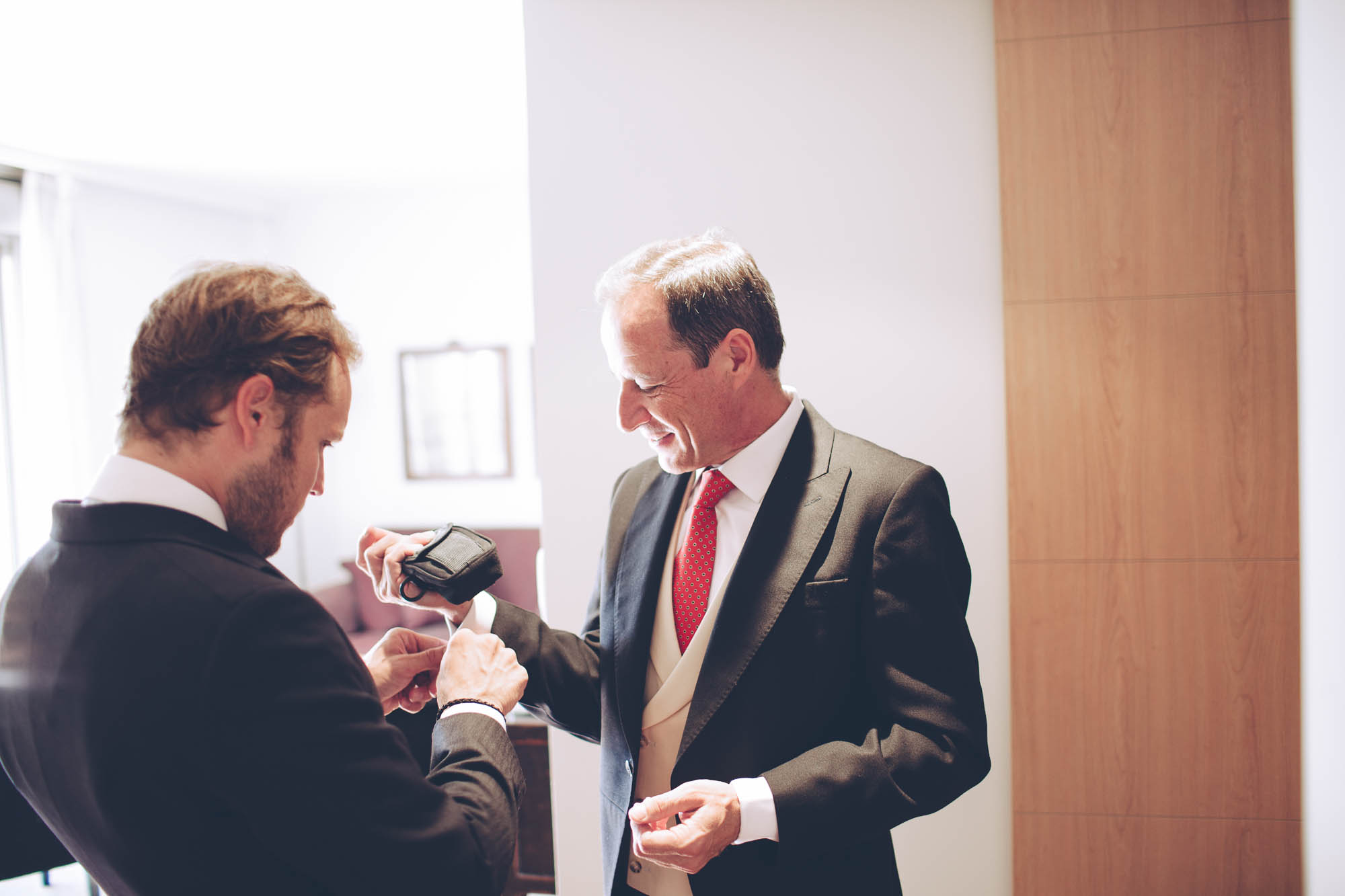 El padre y el novio se preparan para la boda