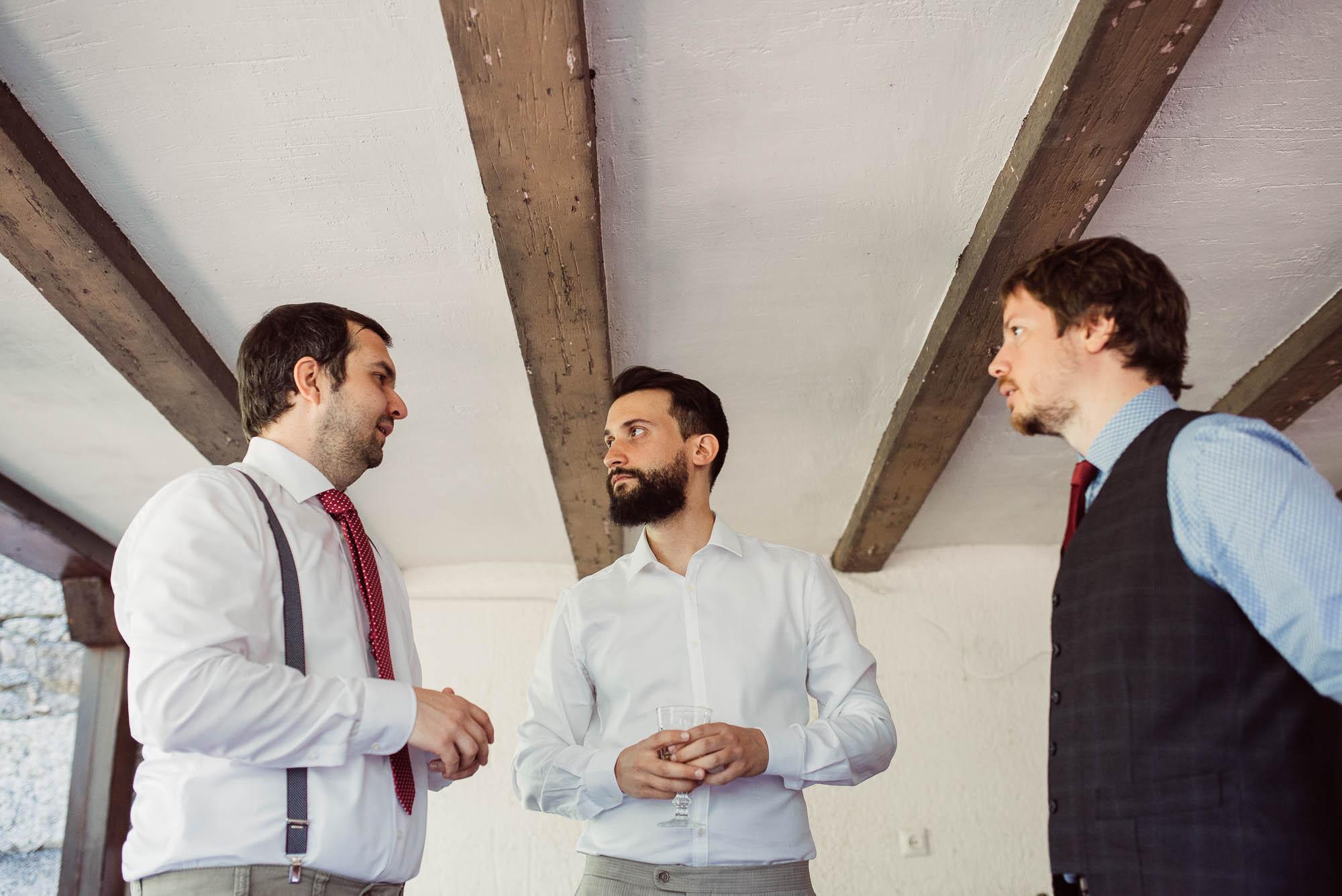 El novio habla con sus amigos durante los preparativos