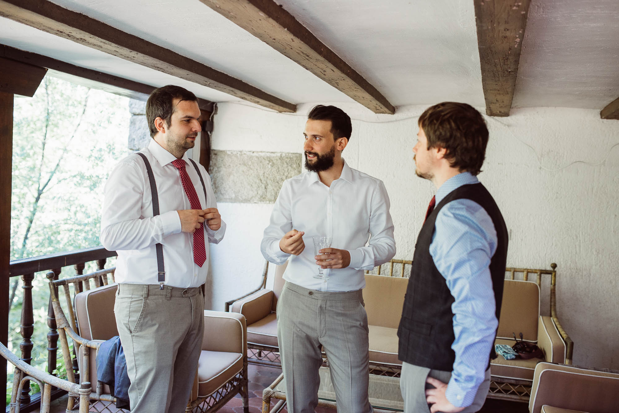 El novio y sus amigos charlan durante los preparativos