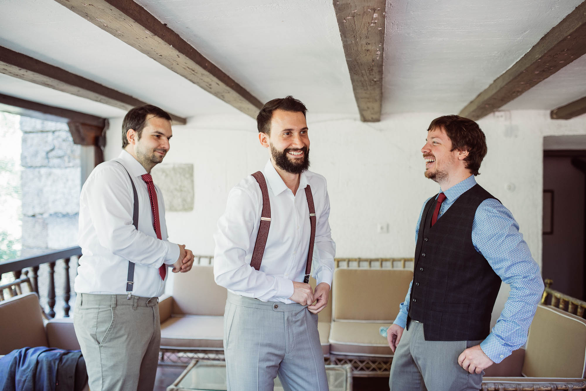 El novio ríe y habla con sus amigos el día de la boda