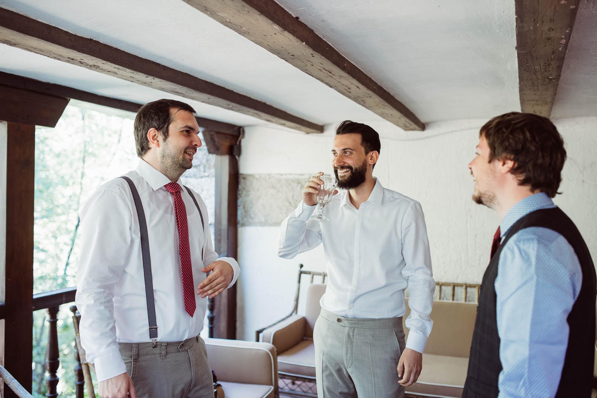 El novio toma un refresco con sus amigos durante los preparativos