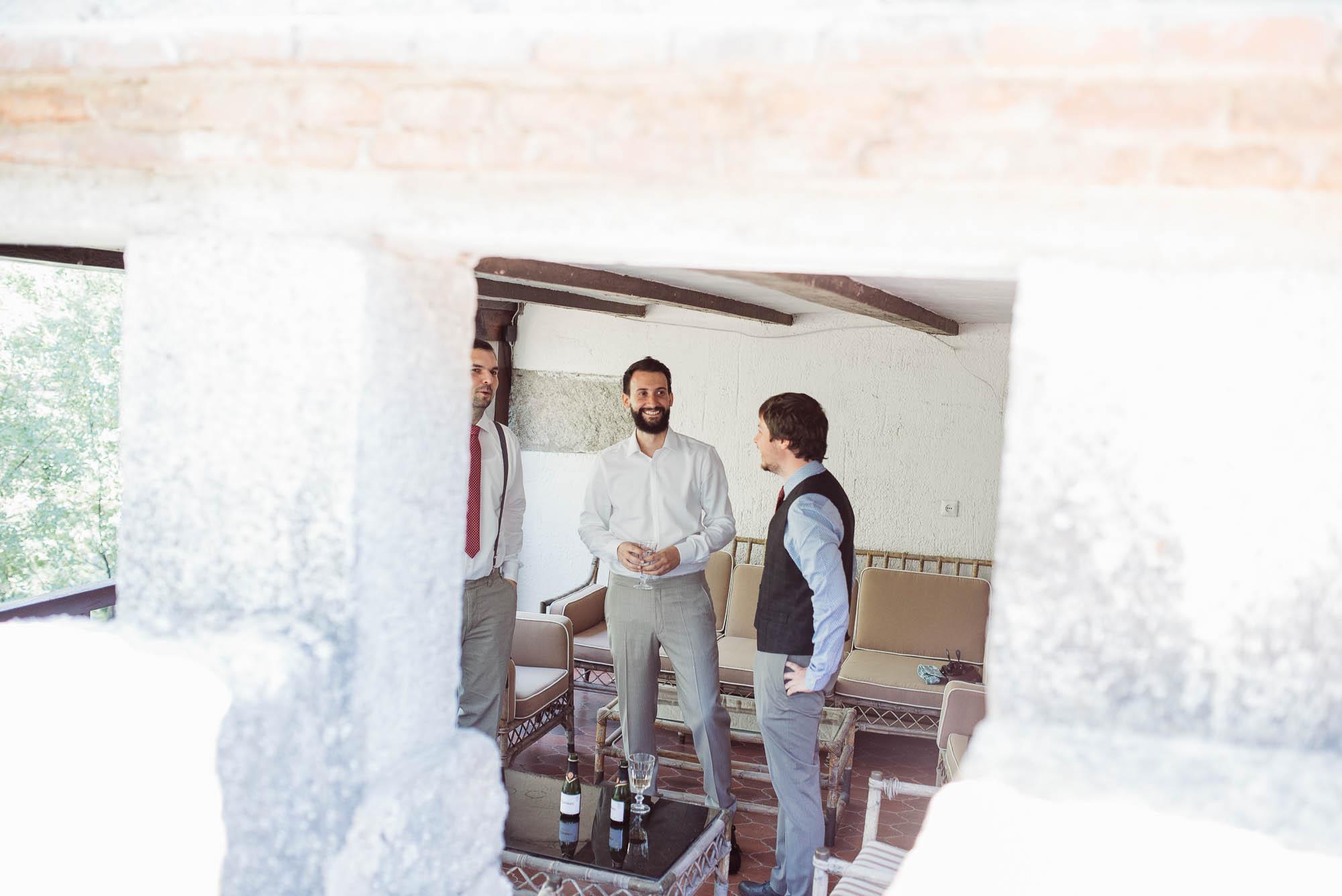 El novio y sus amigos hablan en la habitación el día de la boda