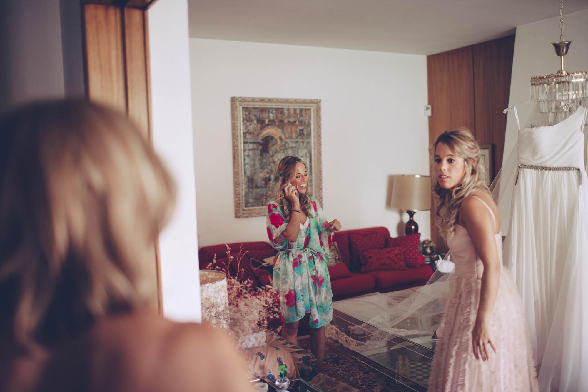 La novia hablando por teléfono