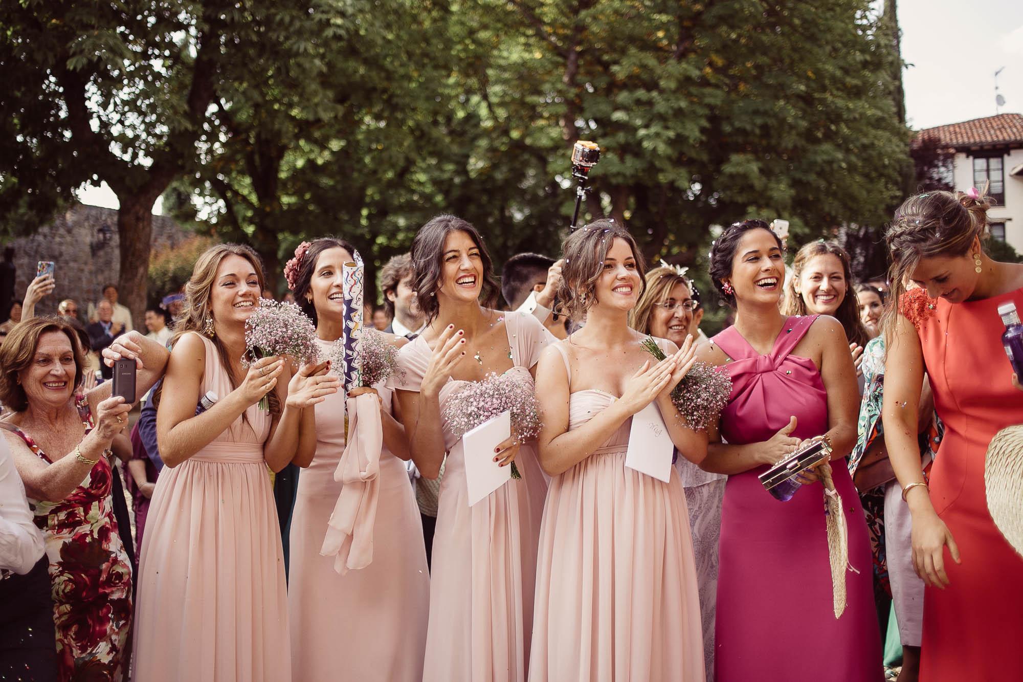 Las damas de honor de una boda y los invitados esperando a la novia