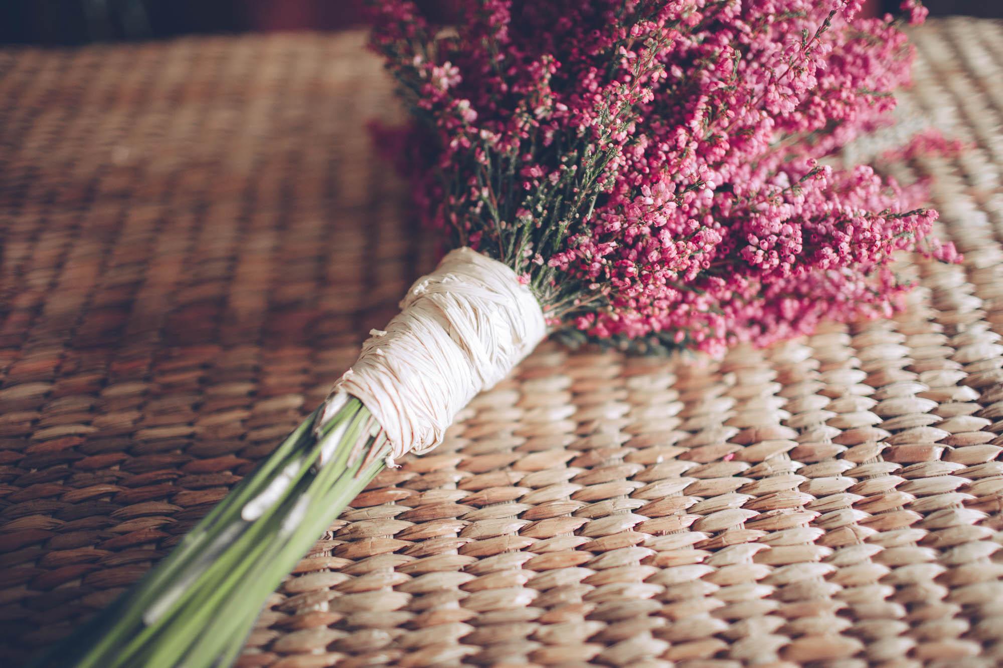 El ramo de flores fucsias de la novia
