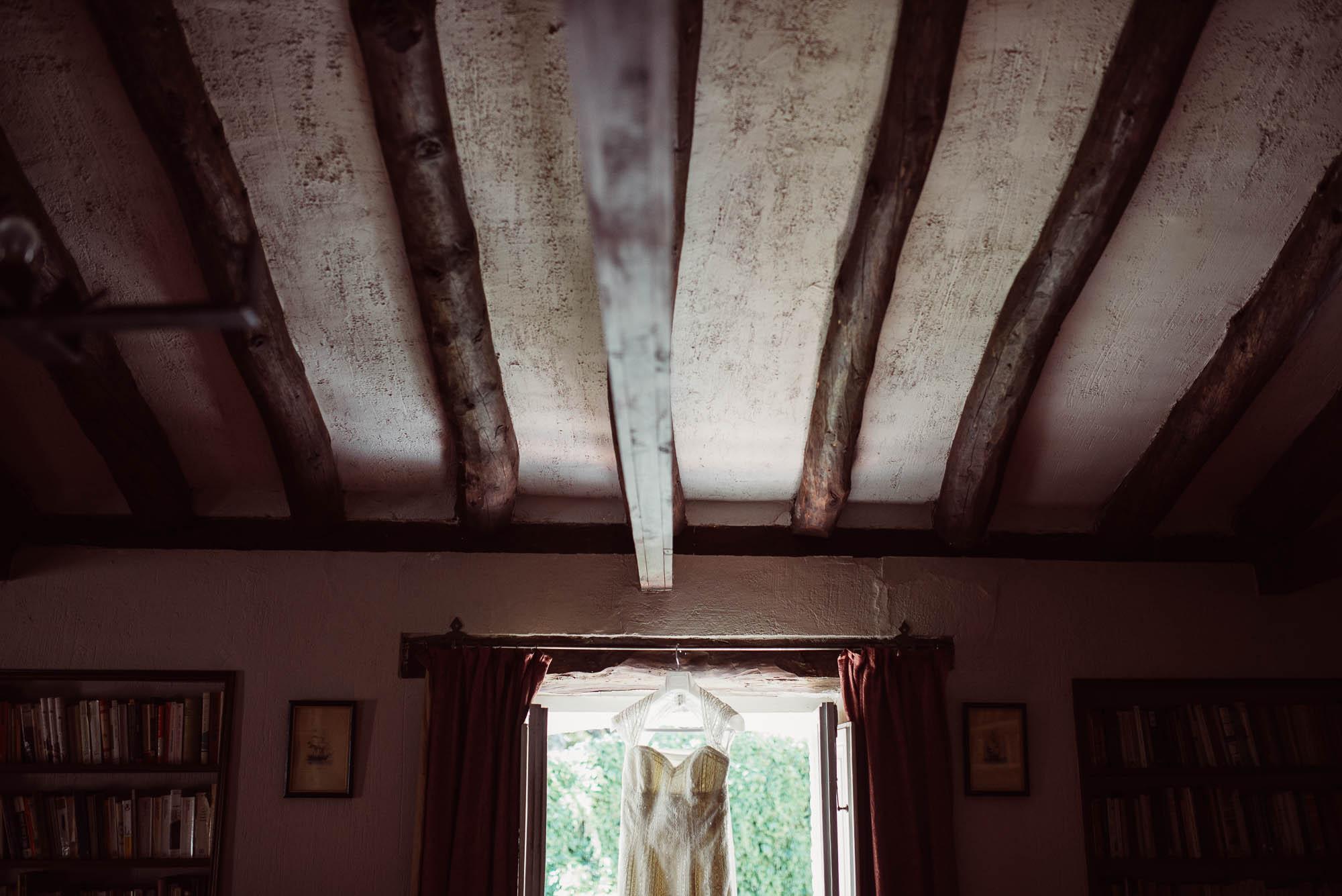 El vestido de la novia colgado en la ventana de la casa rural