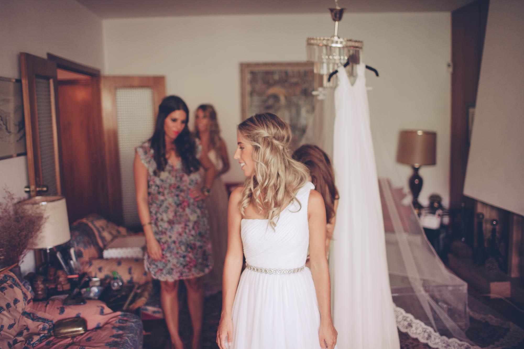 La novia se viste junto a sus amigas