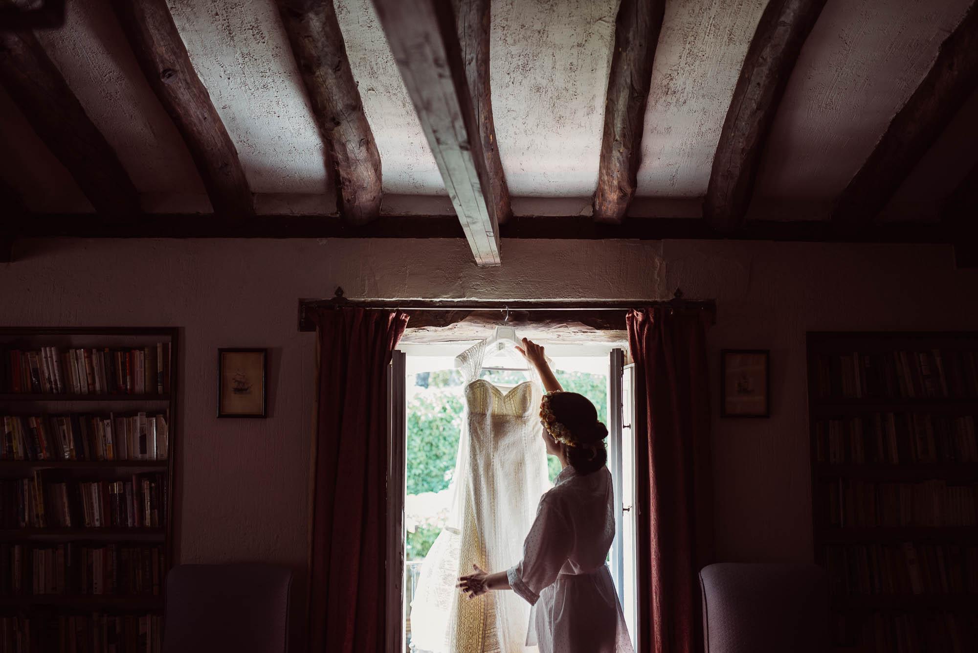 La novia coge su vestido durante los preparativos de la boda