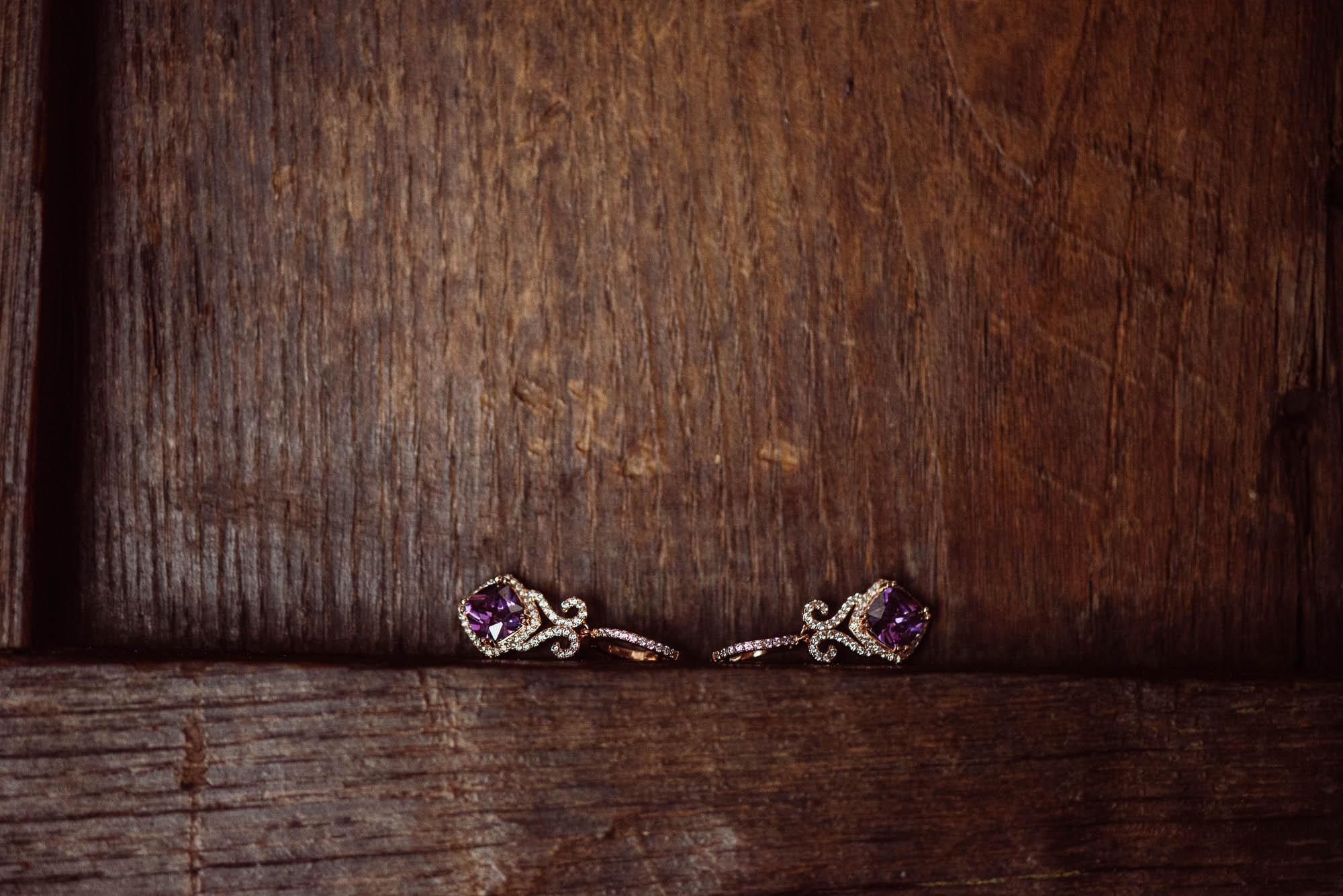 Detalle de los pendientes de la novia sobre madera rústica