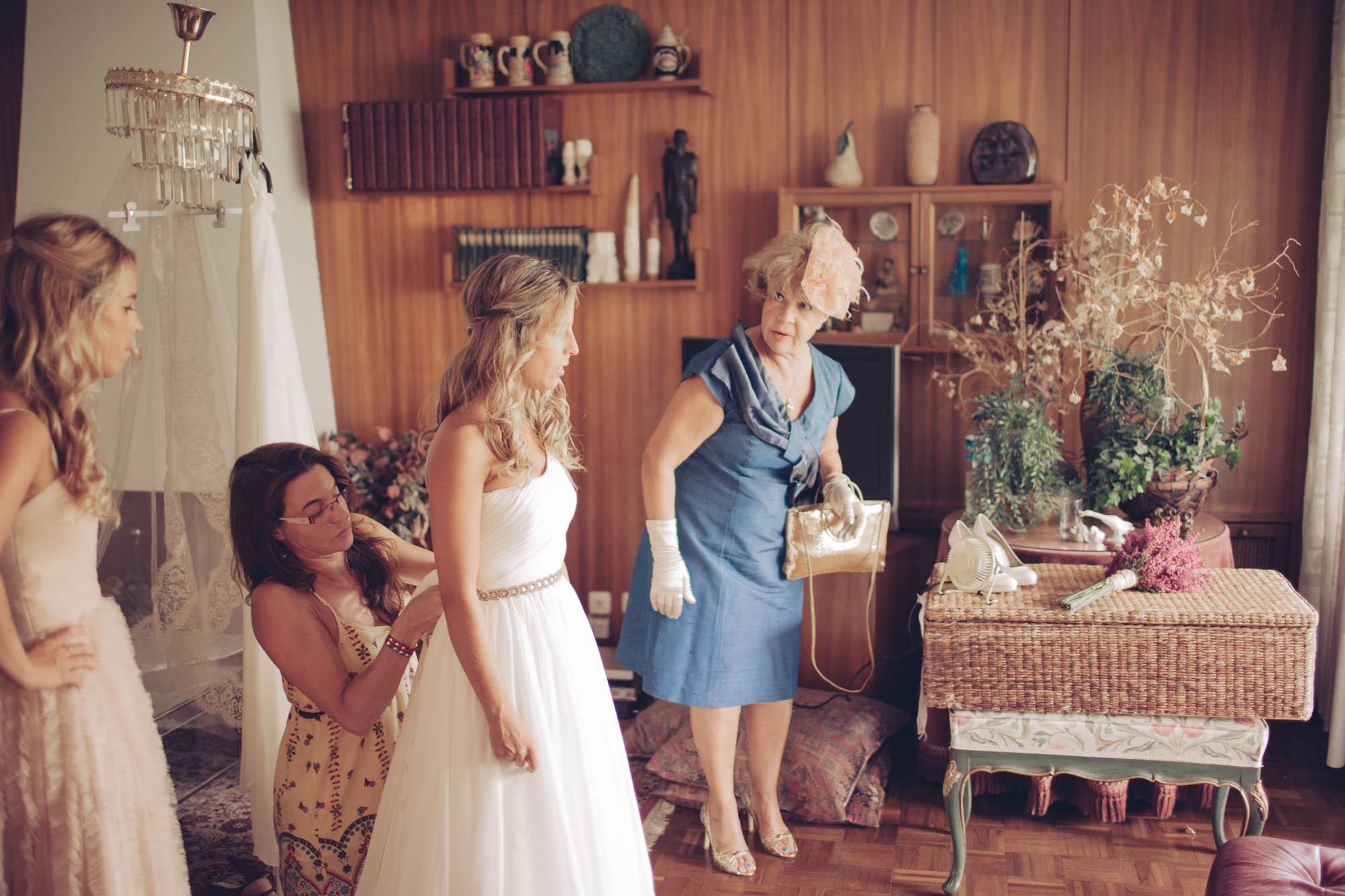 La novia y su madre hablan en los preparativos