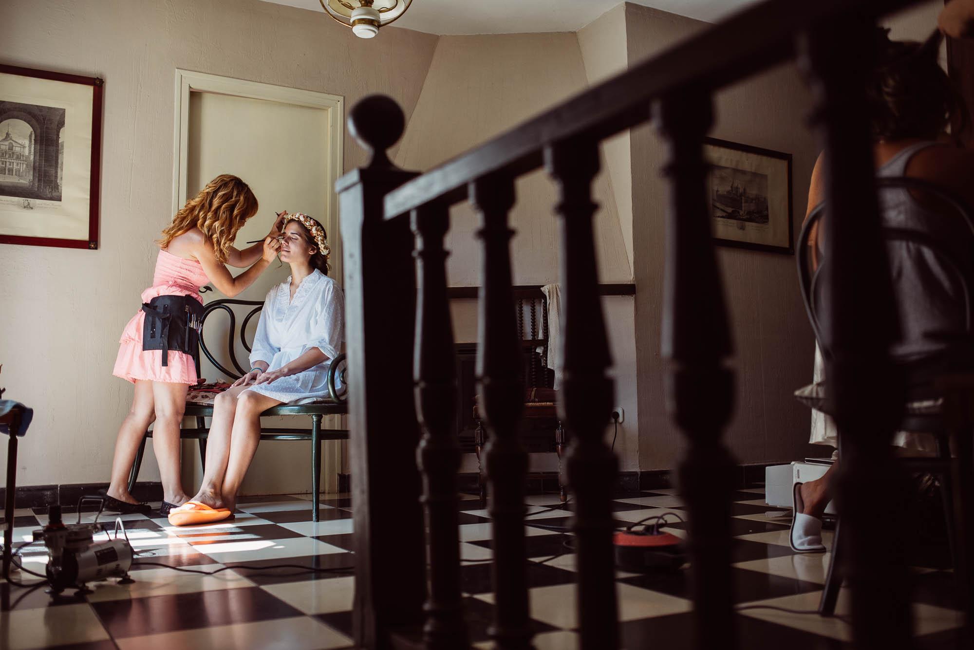 La maquilladora hace el maquillaje de la novia para la boda