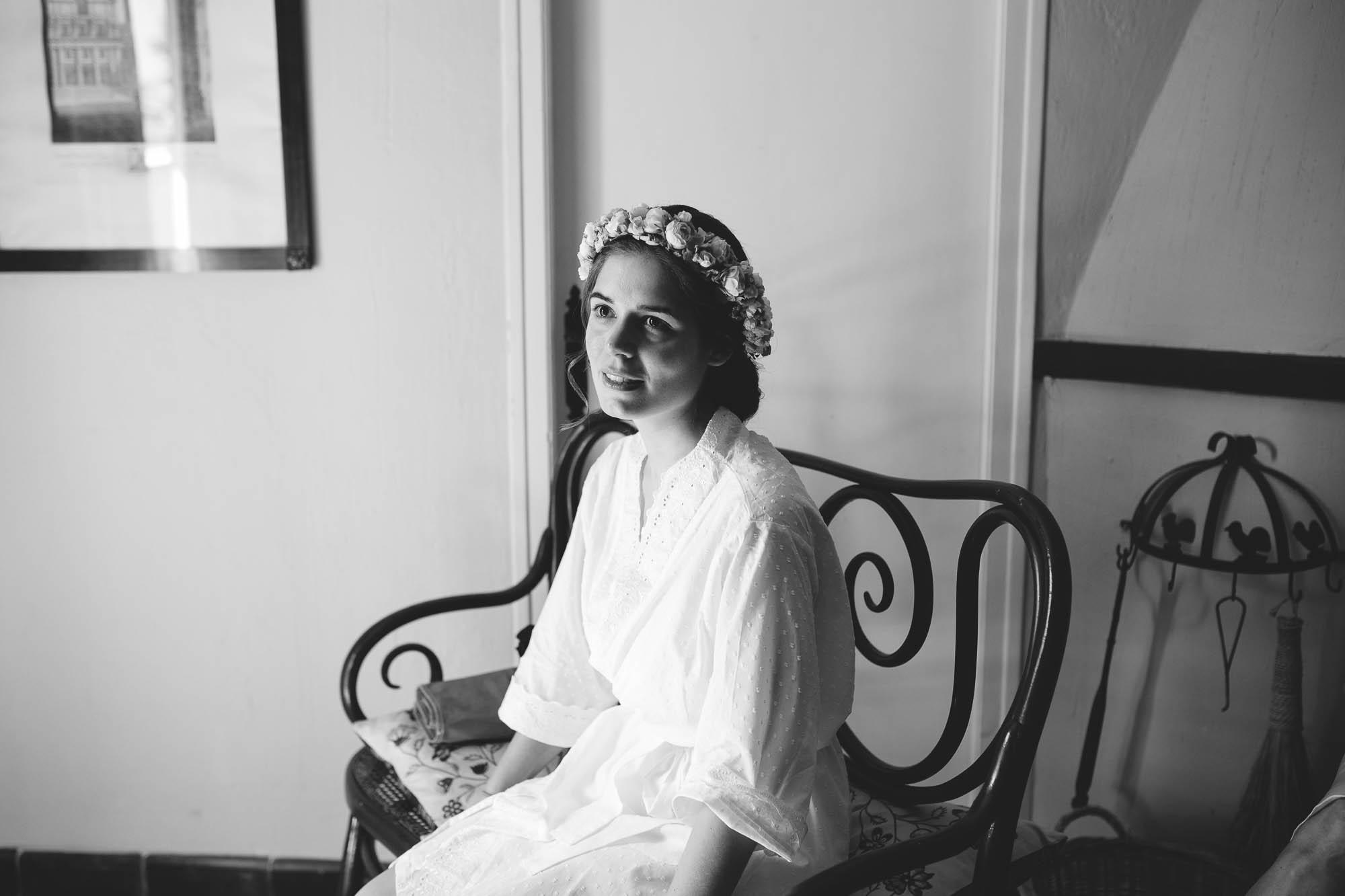 La novia sentada esperando durante los preparativos