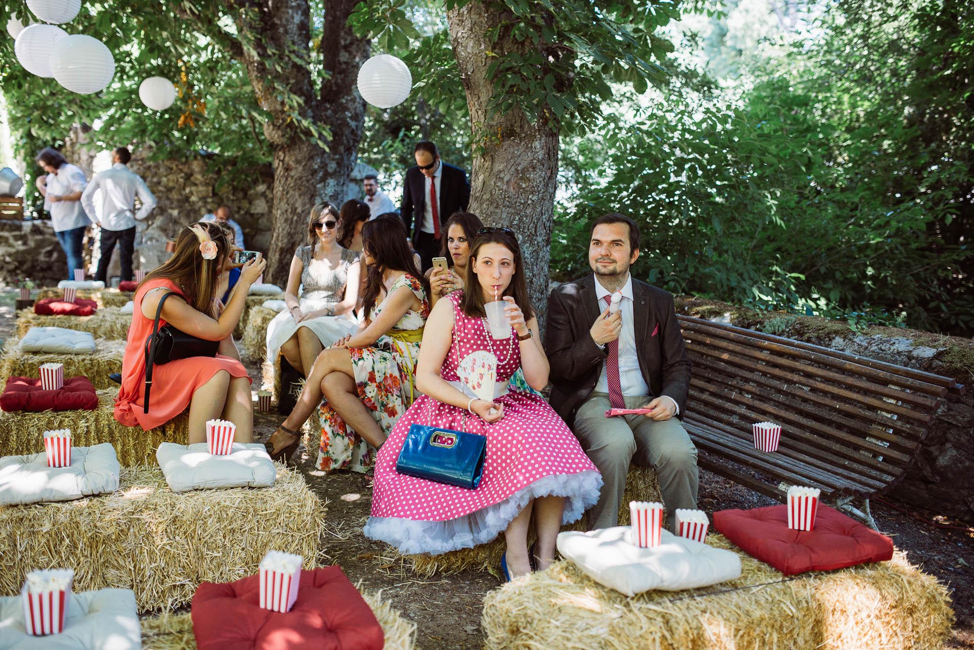 Los invitados esperan a los novios ante de la ceremonia