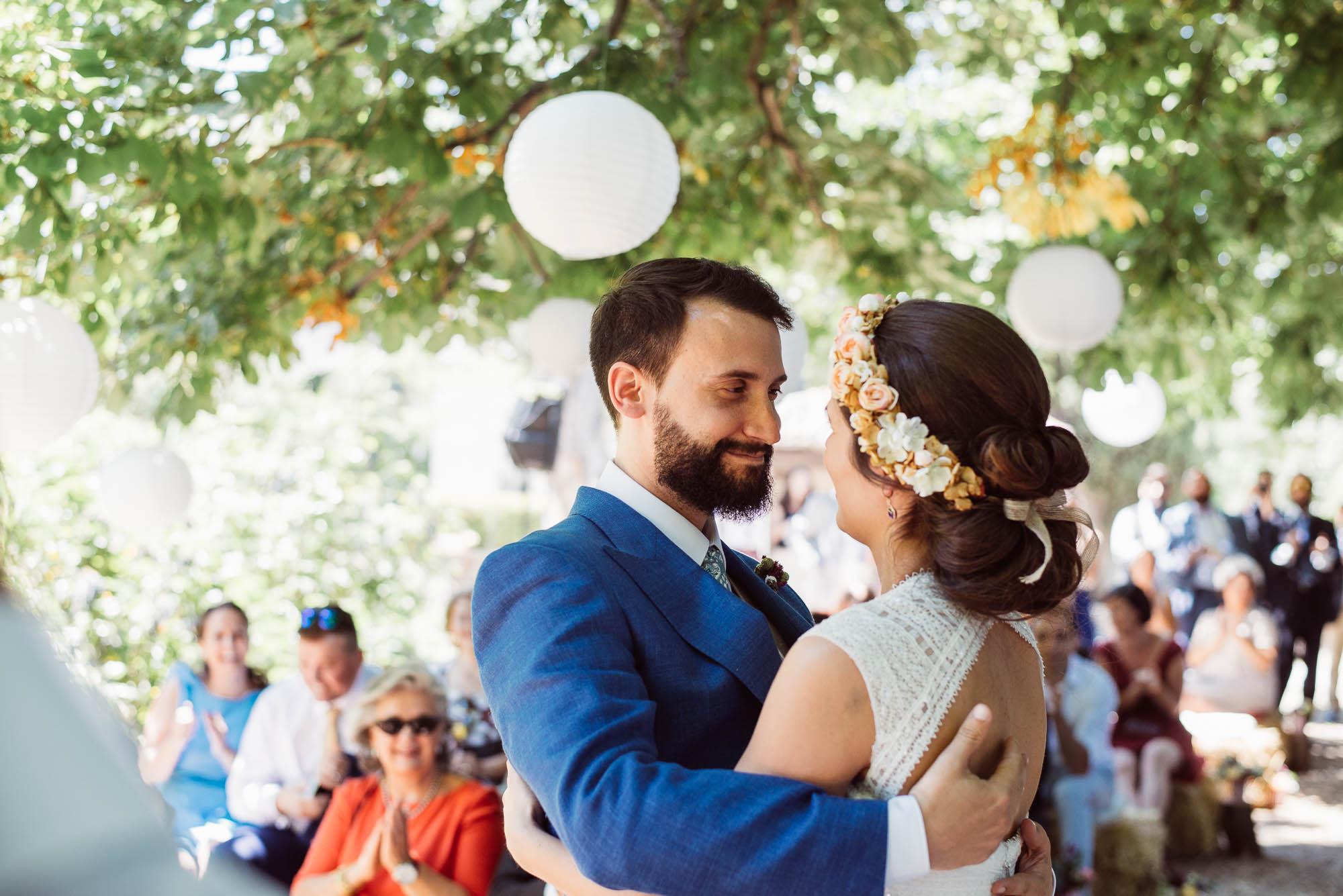 El novio enamorado mira a la novia durante la boda
