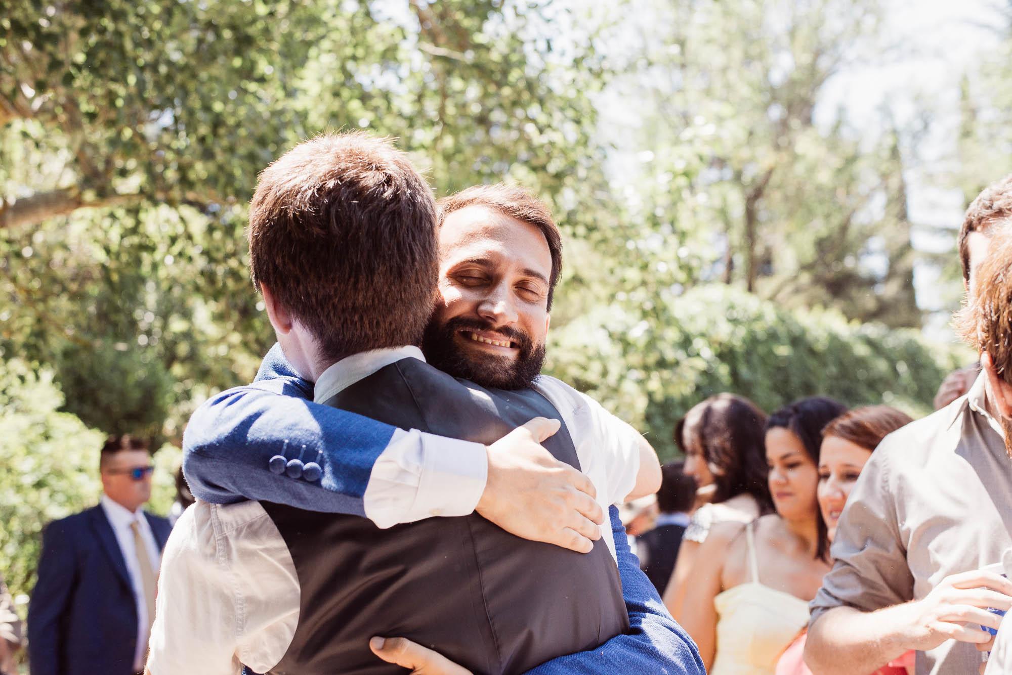 El novio abraza a los invitados