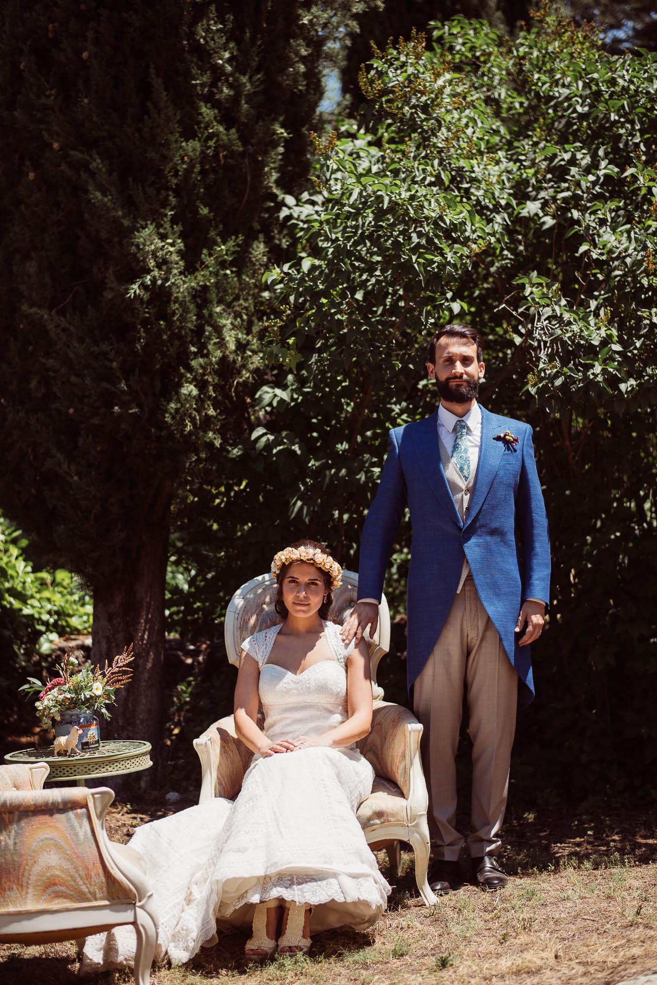 Los novios posan como un matrimonio el día de la boda