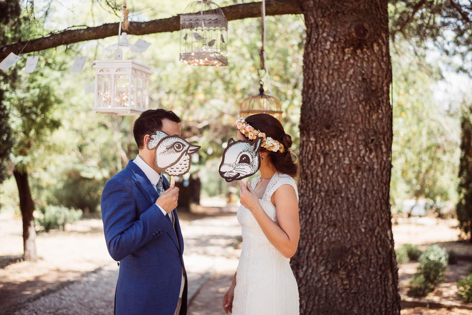 Los novios juegan con máscaras durante el paseo
