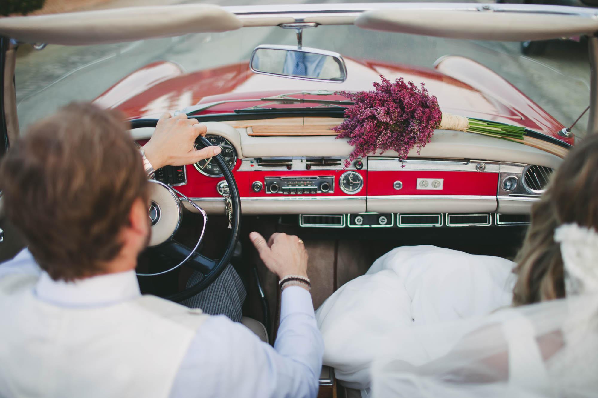 Ramo de novia sobre salpicadero de coche de época