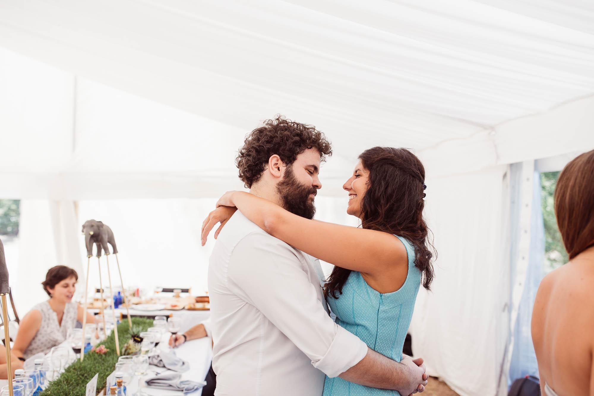 Dos invitados bailan enamorados durante la boda