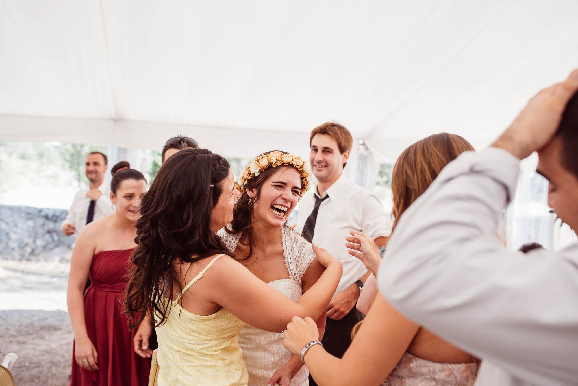 La novia feliz abraza a los invitados