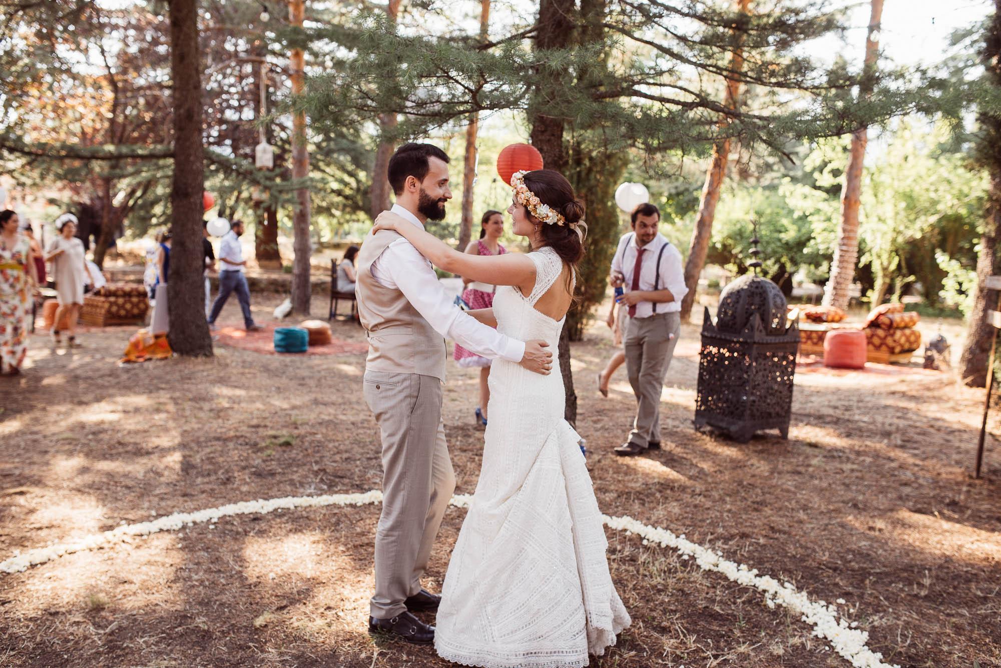 Los novios bailan en el bosque en un día soleado