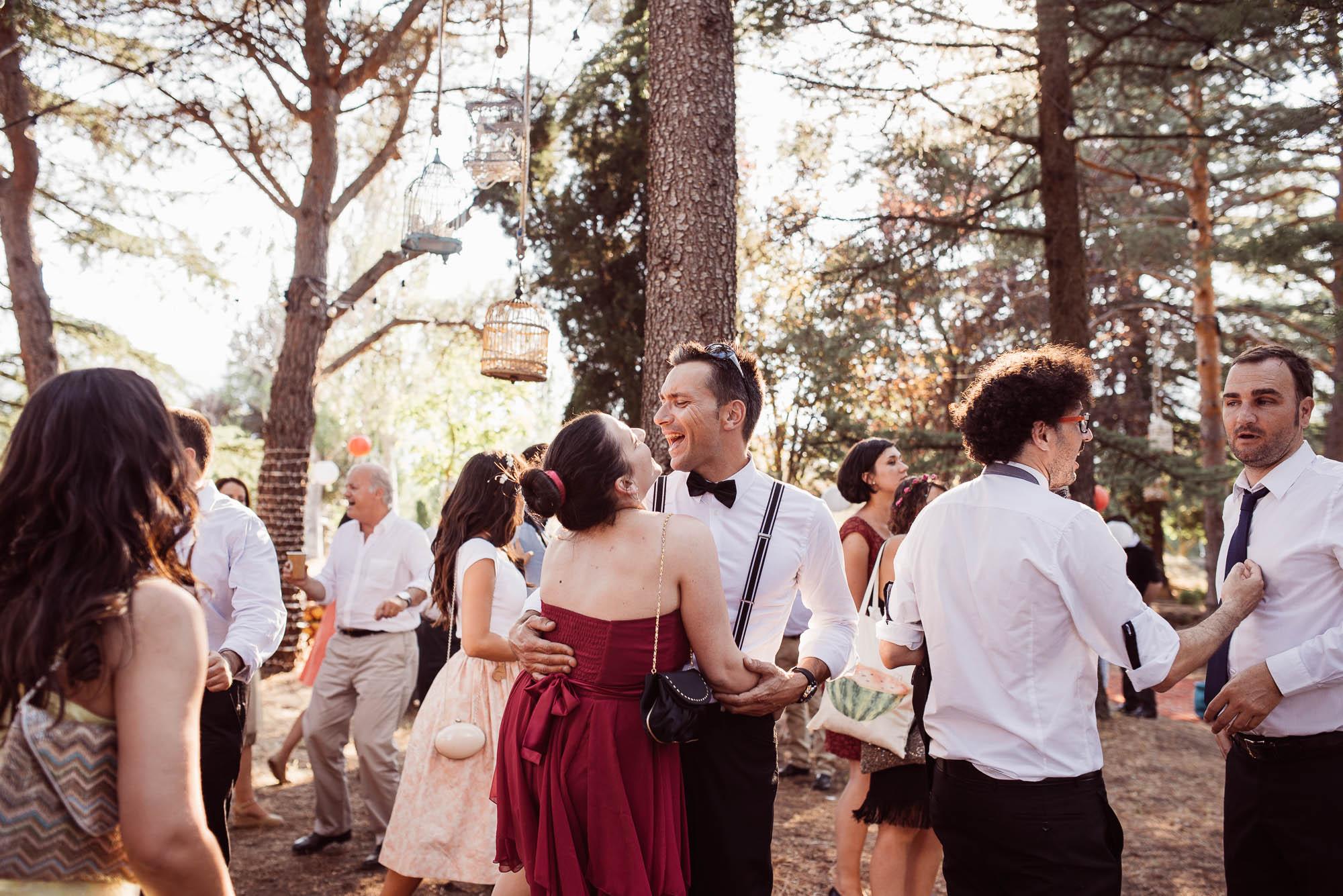 Los invitados bailan y ríen durante la fiesta