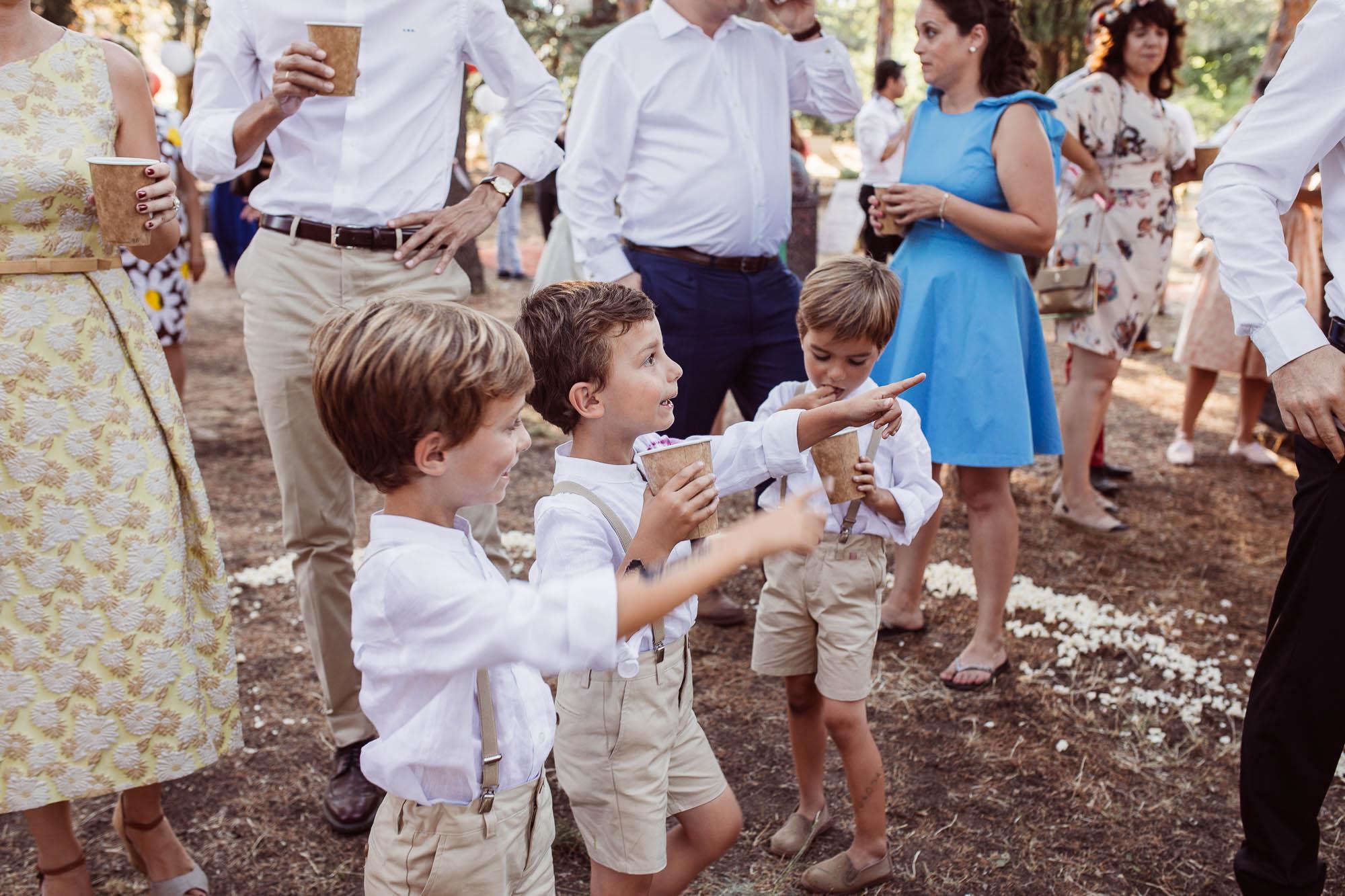 Los niños juegan divertidos durante la fiesta