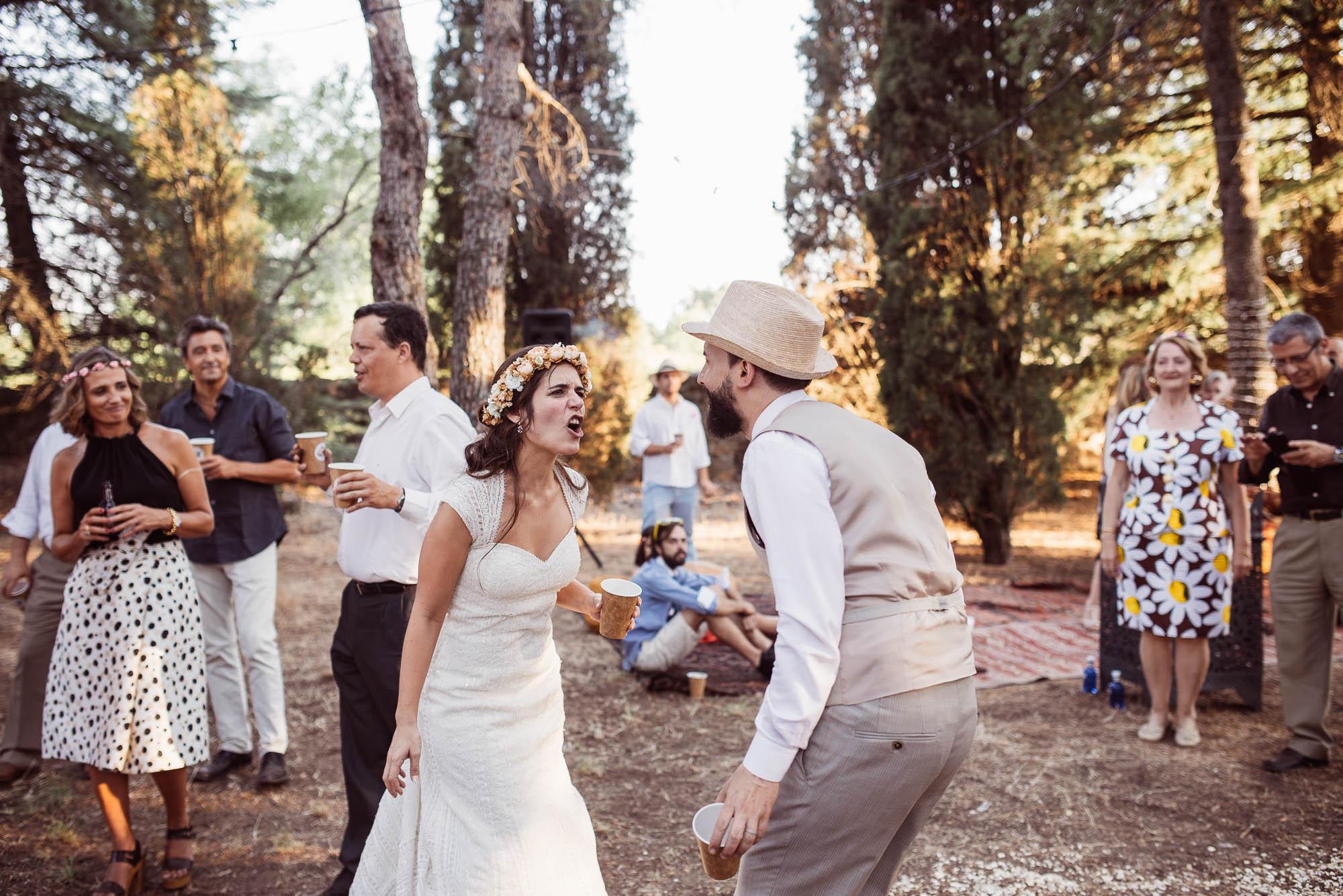 Los novios se divierten bailando durante la fiesta en el bosque