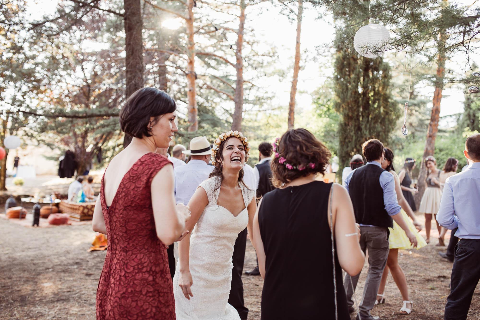 La novia se divierte con sus amigas en la fiesta