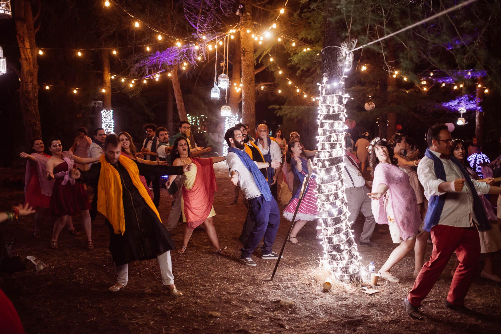 Los invitados hacen un baile árabe por la noche