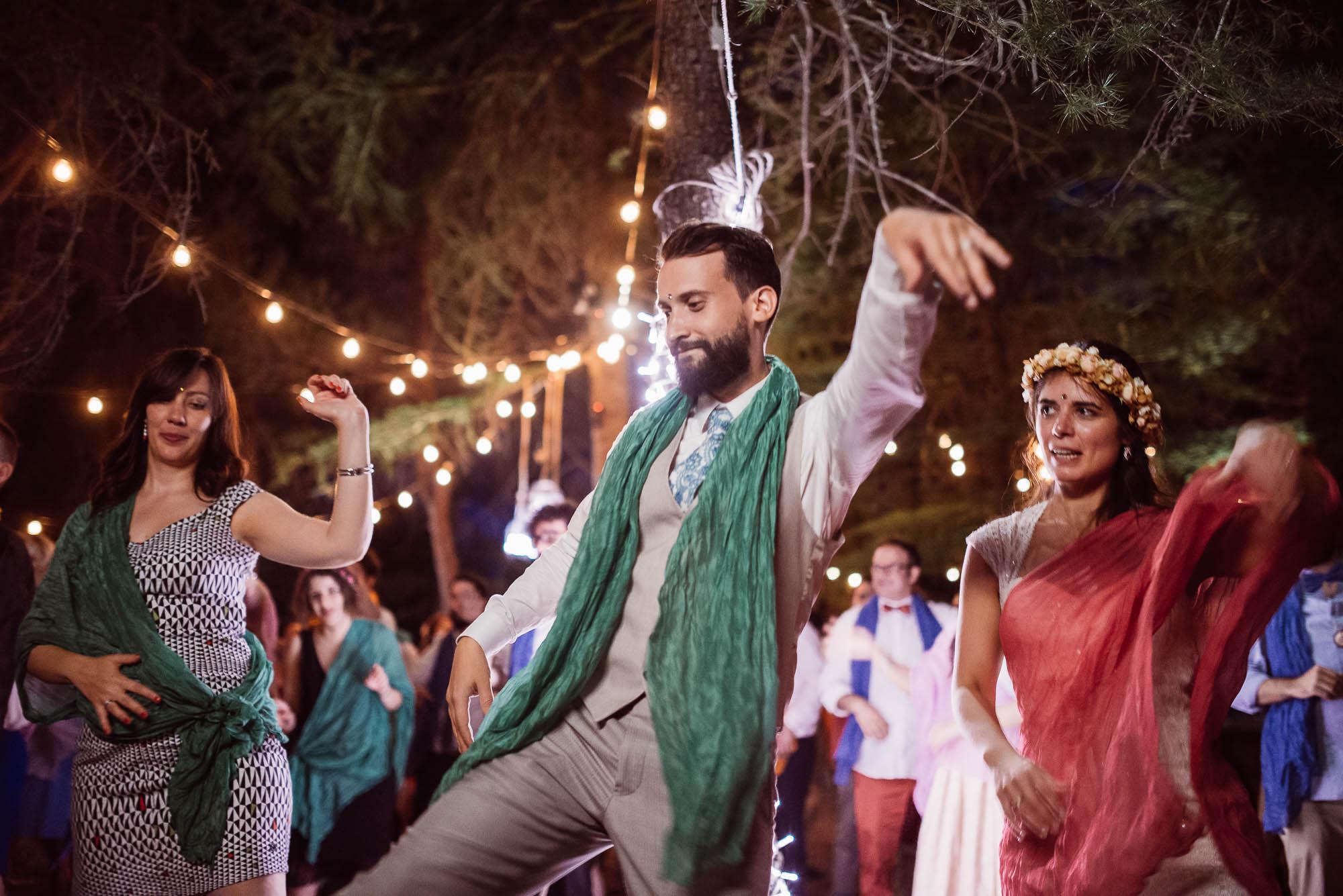Los novios hacen un baile exótico en la fiesta  por la noche