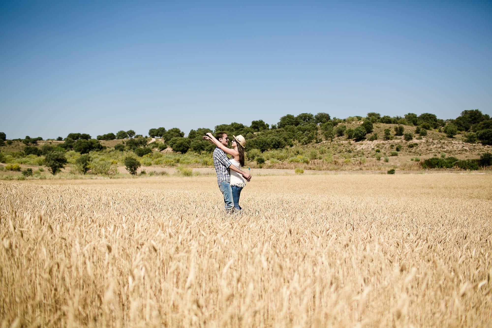 La pareja se abraza en medio de un trigal amarillo