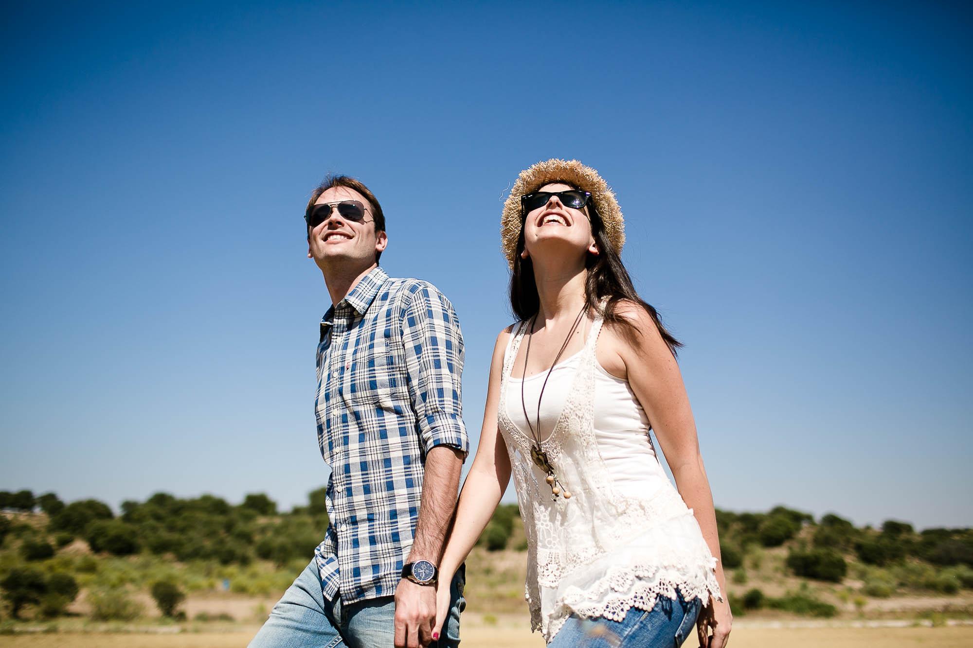 La pareja pasea en un día soleado cogidos de la mano