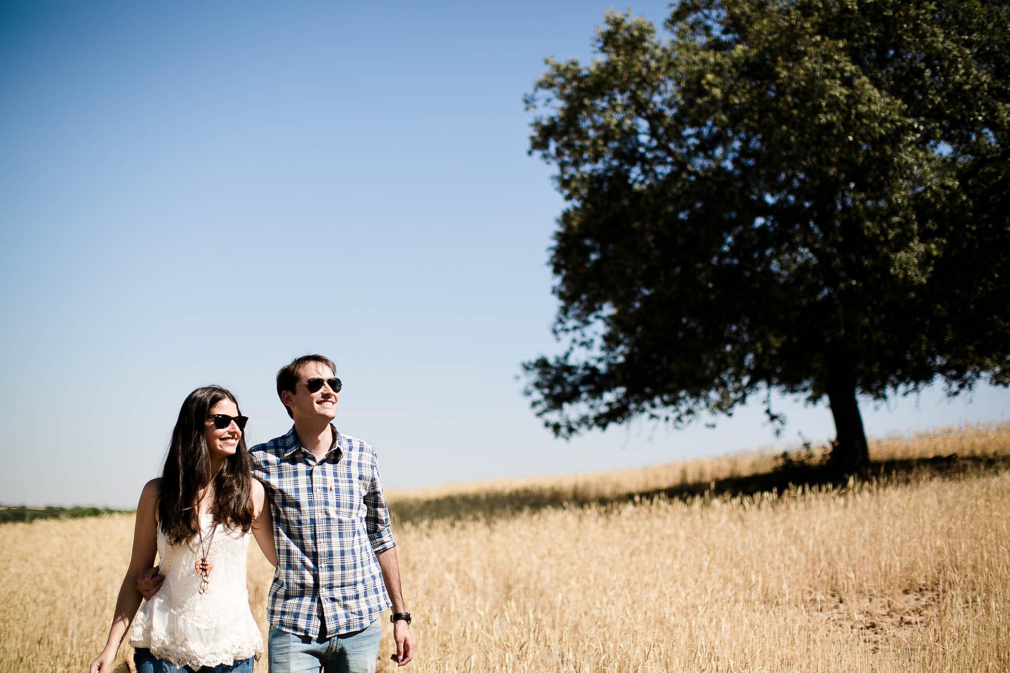 La pareja enamorada mira el paisaje