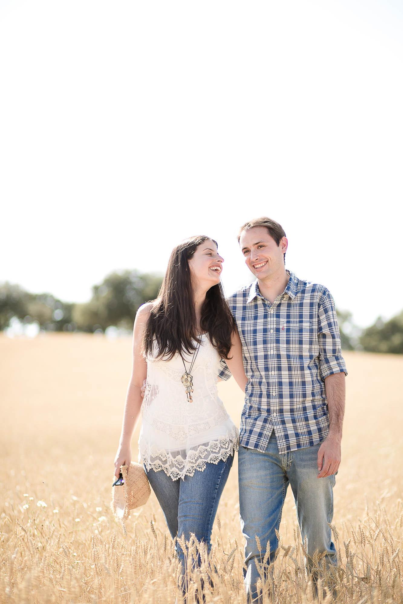 La pareja pasea enamorada en medio de un trigal