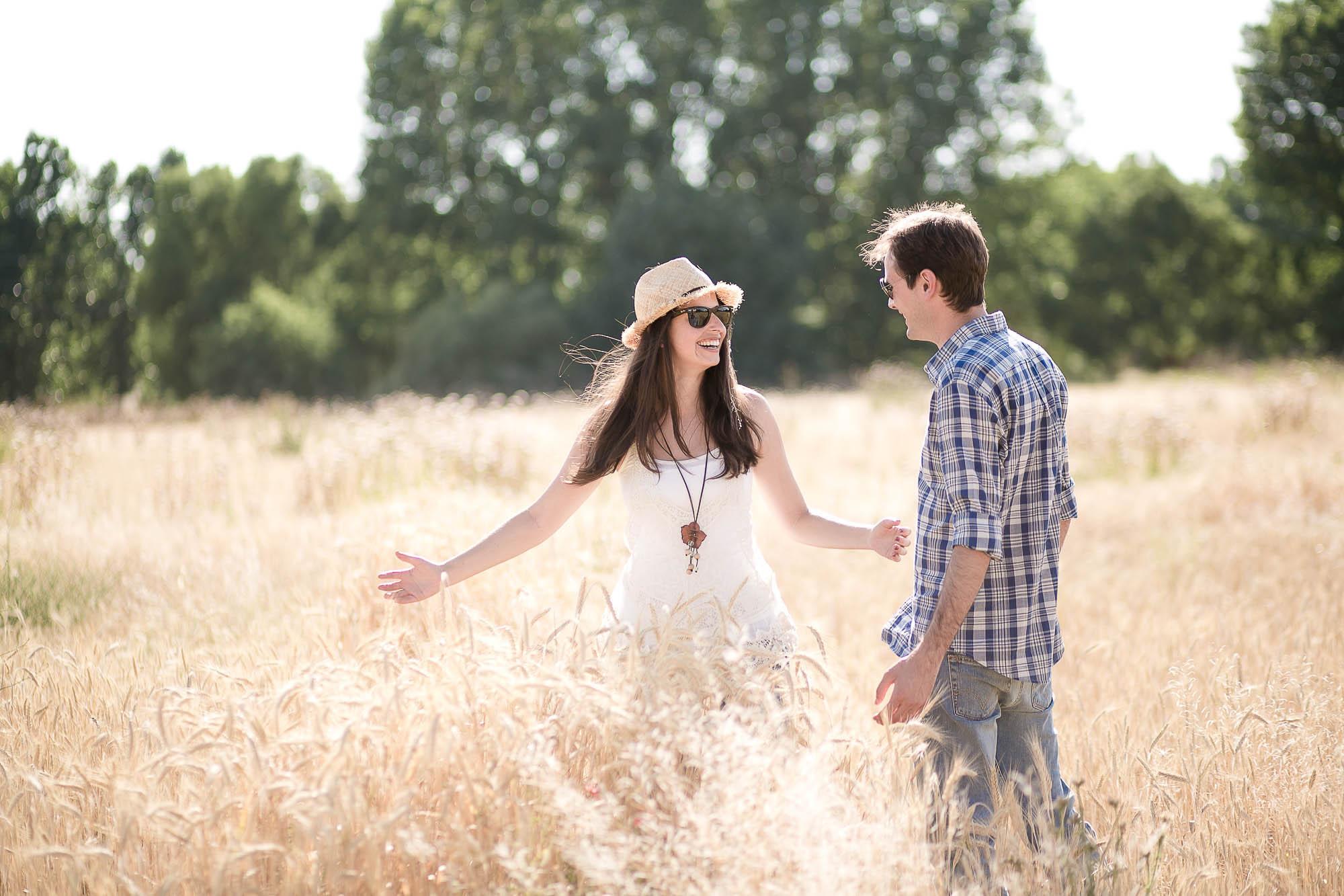 Ella juega y le mira a él en medio del campo