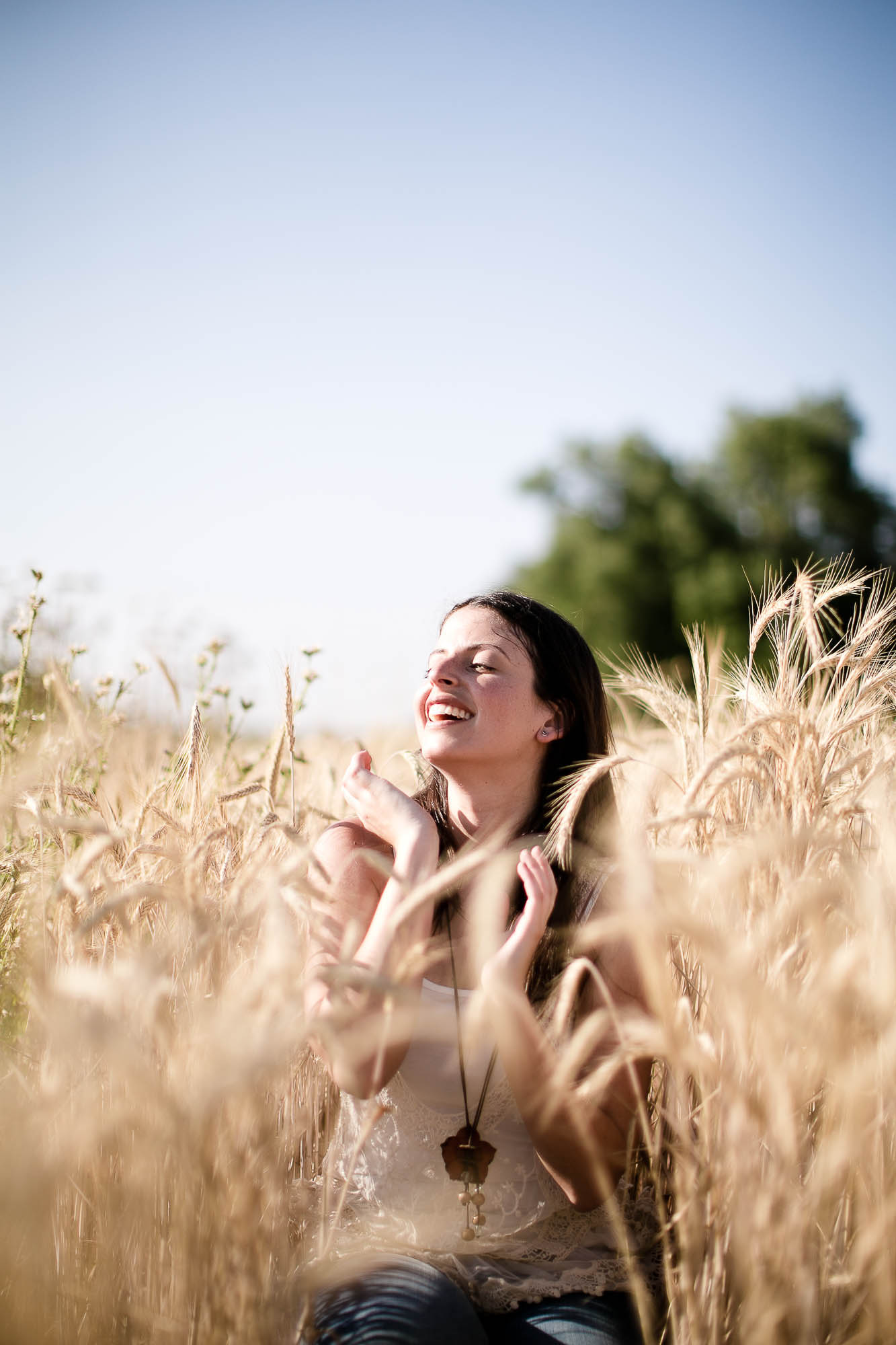 Ella toma el sol sentada en medio del trigal