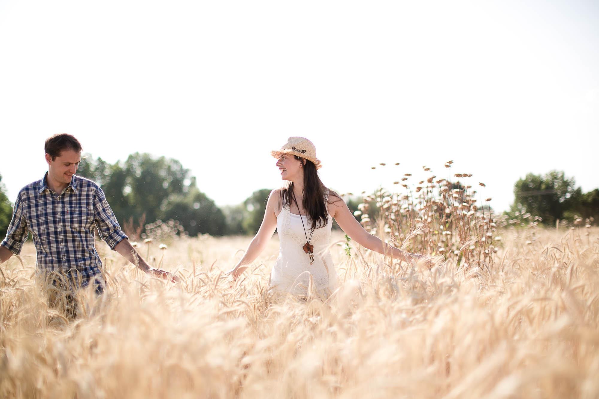 Ellos se divierten juntos paseando en medio del campo
