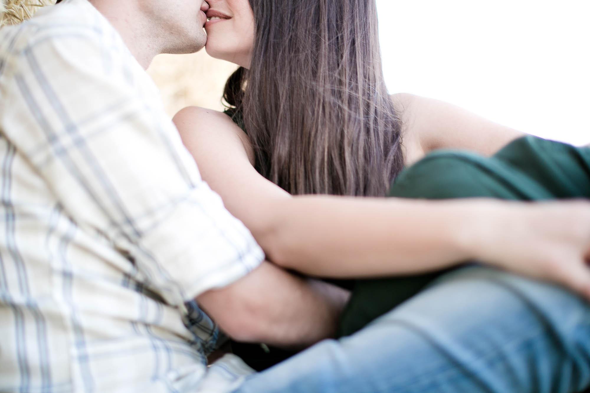 Los novios se dan un beso romántico
