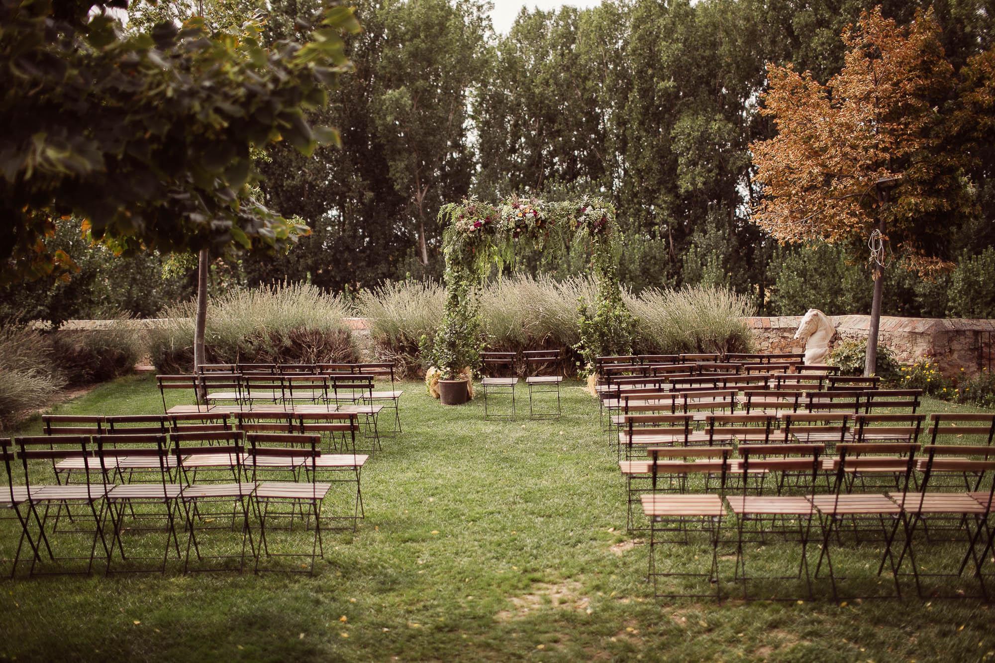 Jardín con altar para celebración de boda