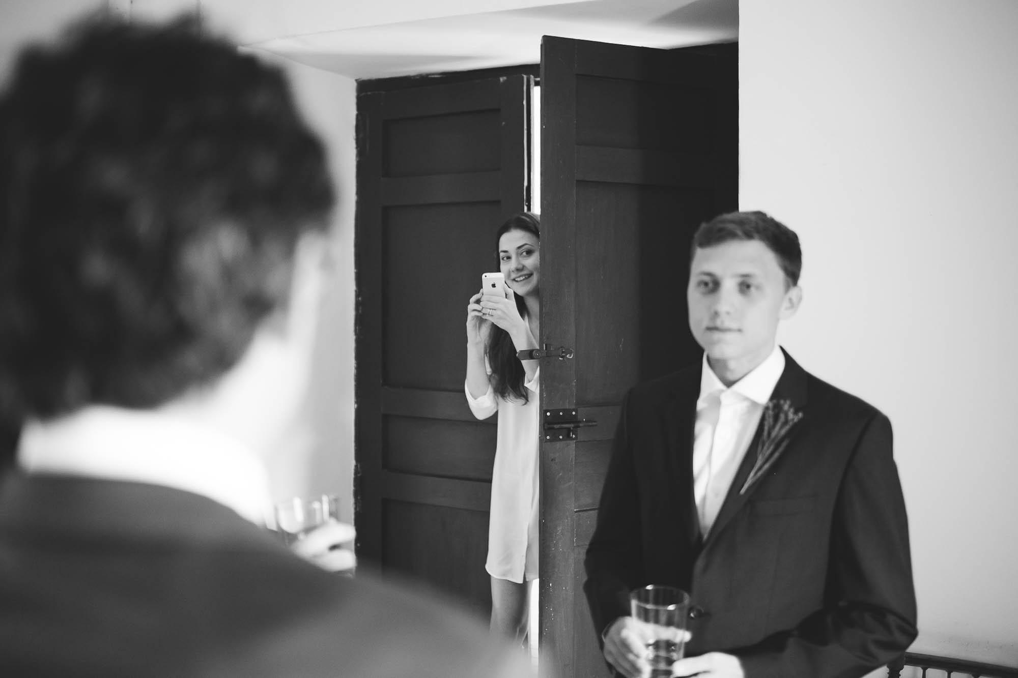 Invitada haciendo foto al novio antes de la boda