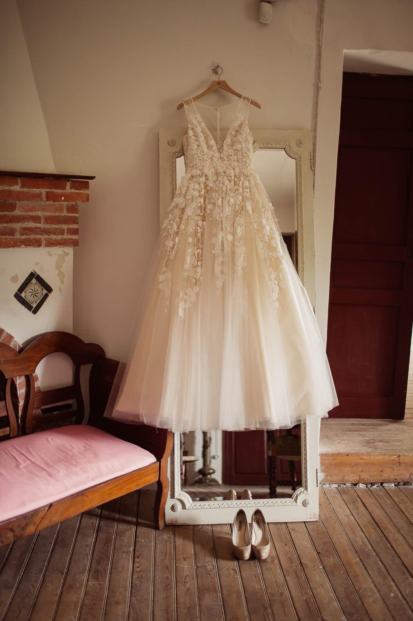 Detalle de la cola del vestido de encaje de flores