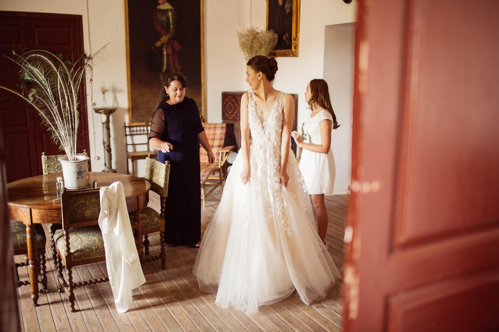 La novia se pone el vestido en casa
